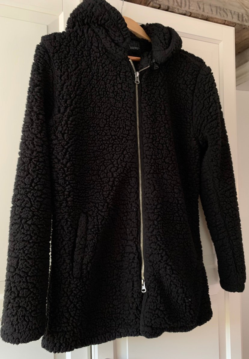 svart lurvig jacka