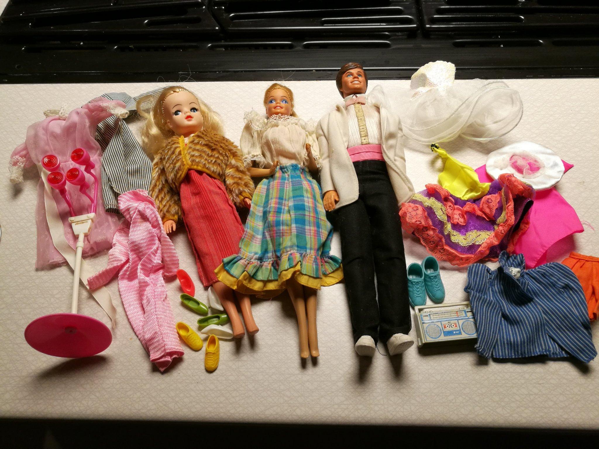 Kolonial Artificiell Förstärka  Barbiedockor med kläder. (379157050) ᐈ Köp på Tradera