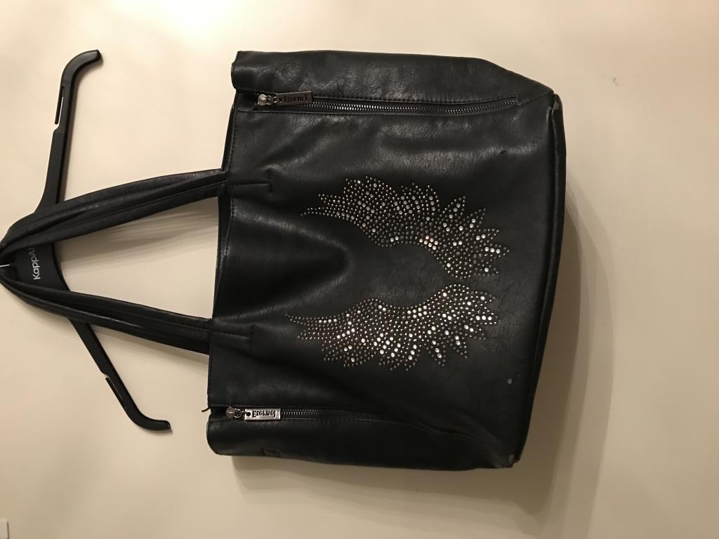 svart väska med vingar på