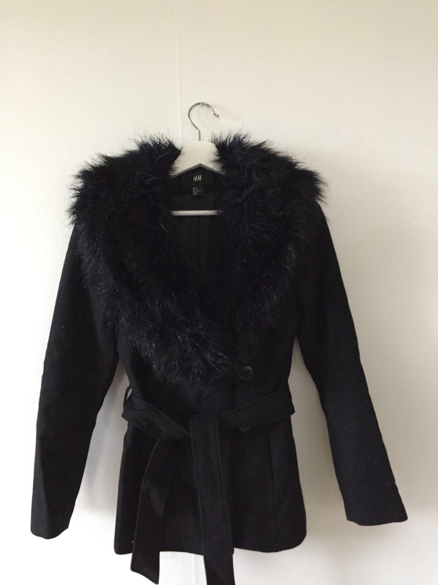 svart kappa med pälskrage