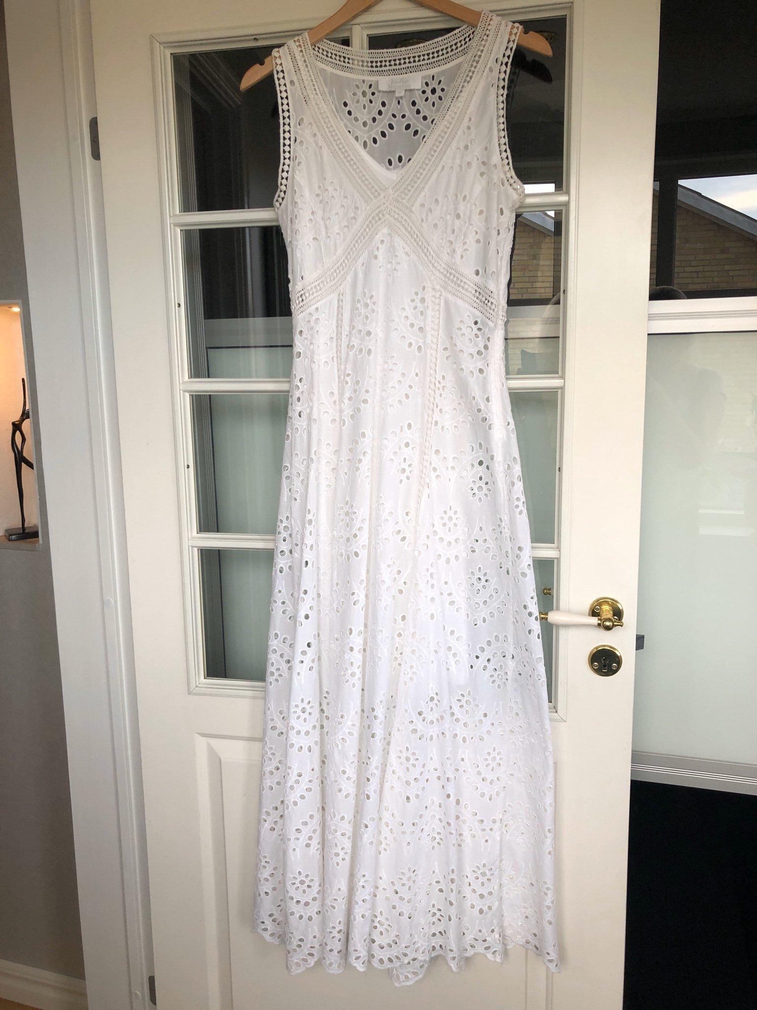 Vit romantisk klänning med brodyrspets . Kapp Ahl. Strl 36S, Student, Fest,