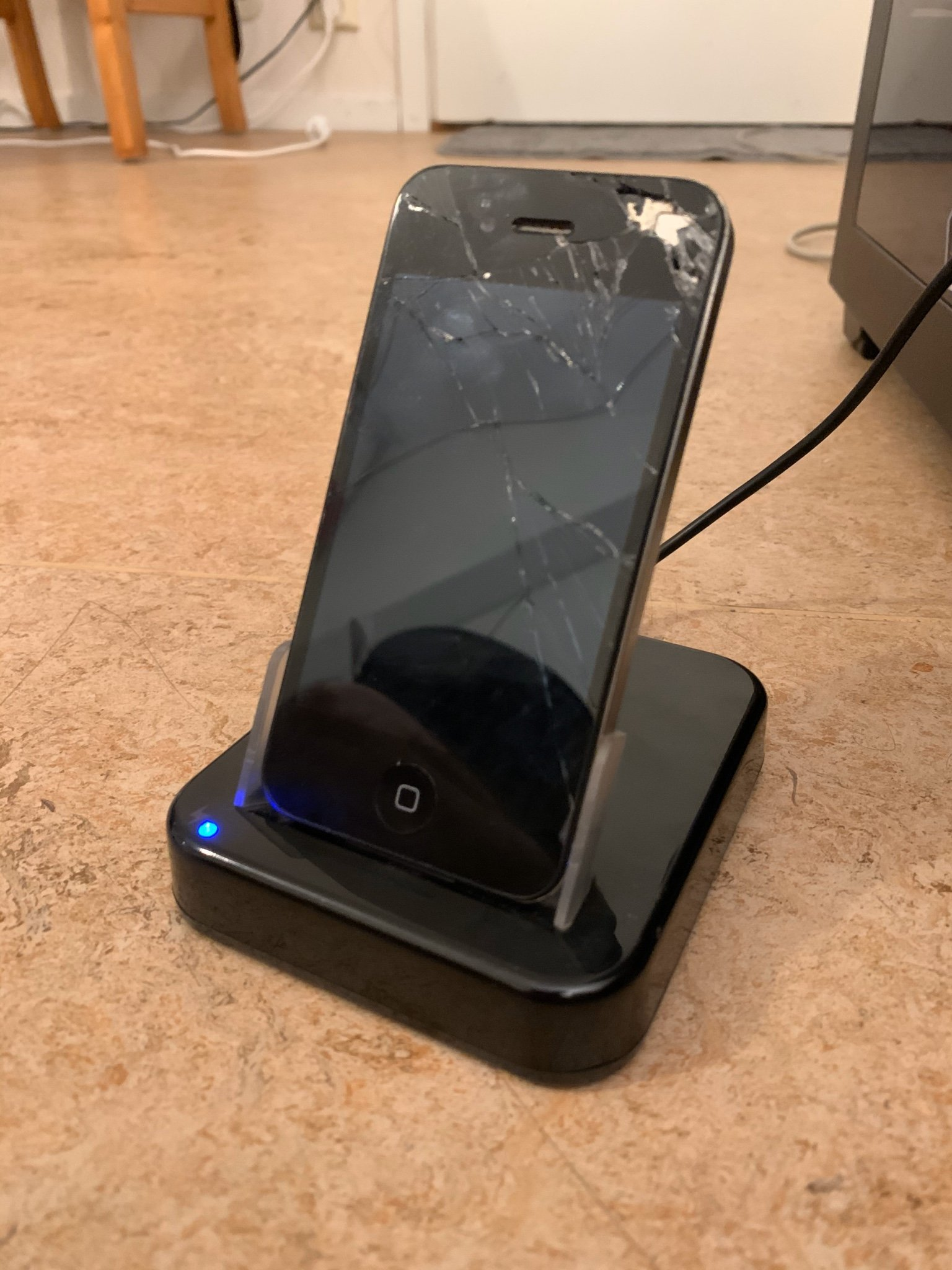 iPhone 4 16gb med dock (laddare) (357668591) ???Köp på Tradera