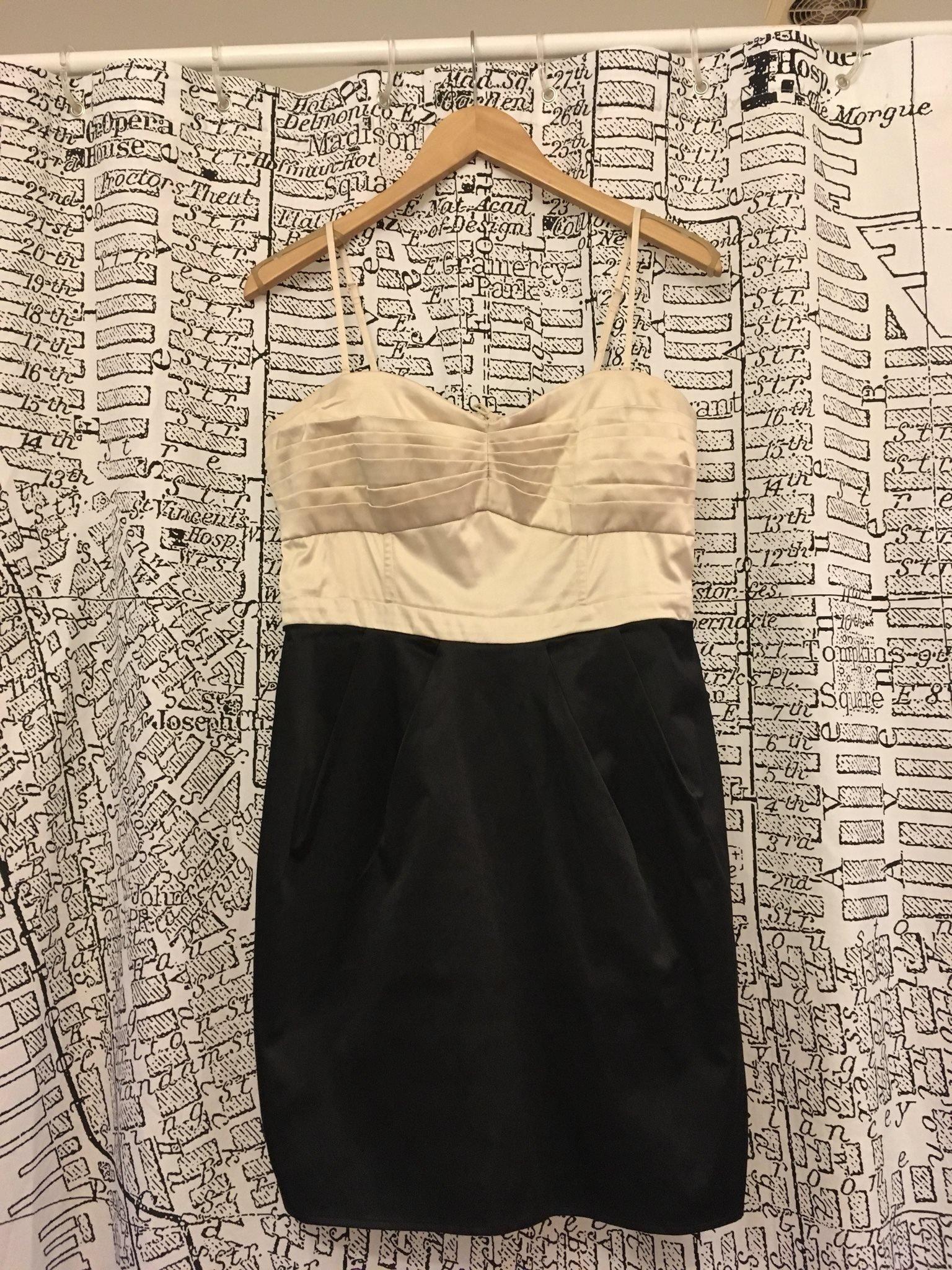 Sidenklänning i svart och vitt, med veckad byst.. (347762903