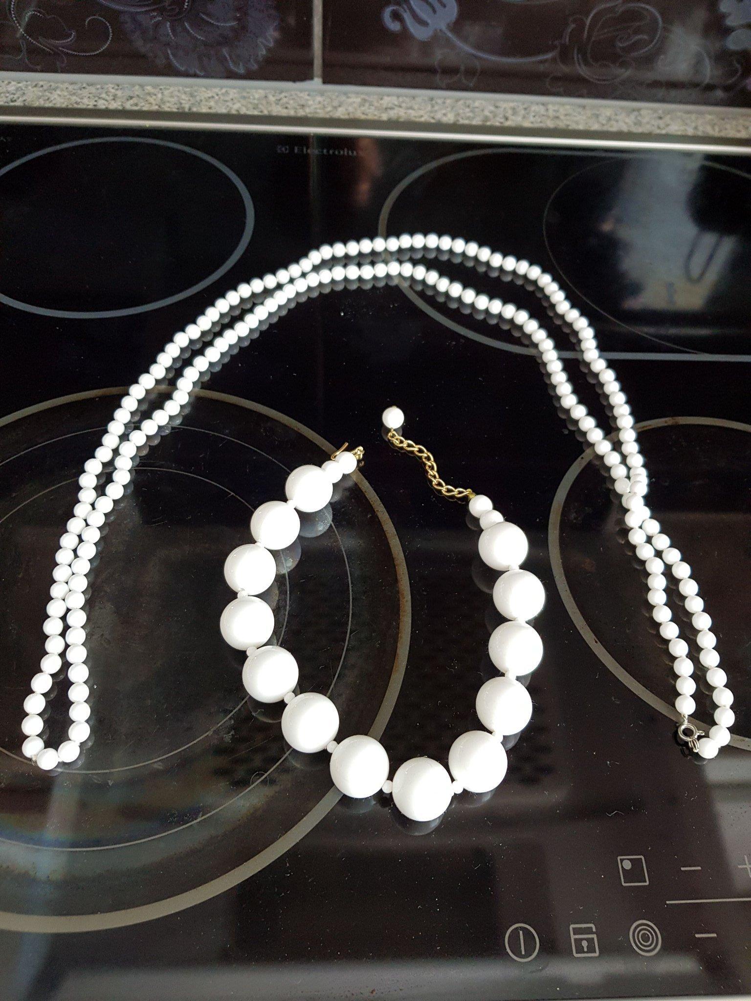 6fa4db92376c RETRO/VINTAGE 2 Halsband, vita plastpärlor, 197.. (351320868) ᐈ Köp ...