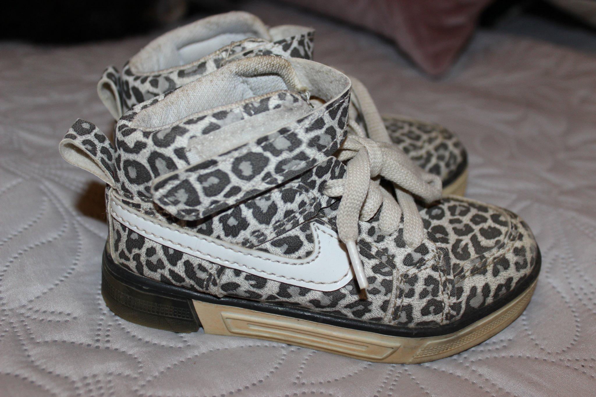 Coola leopardmönstrade skor från NIKE. Stl 24