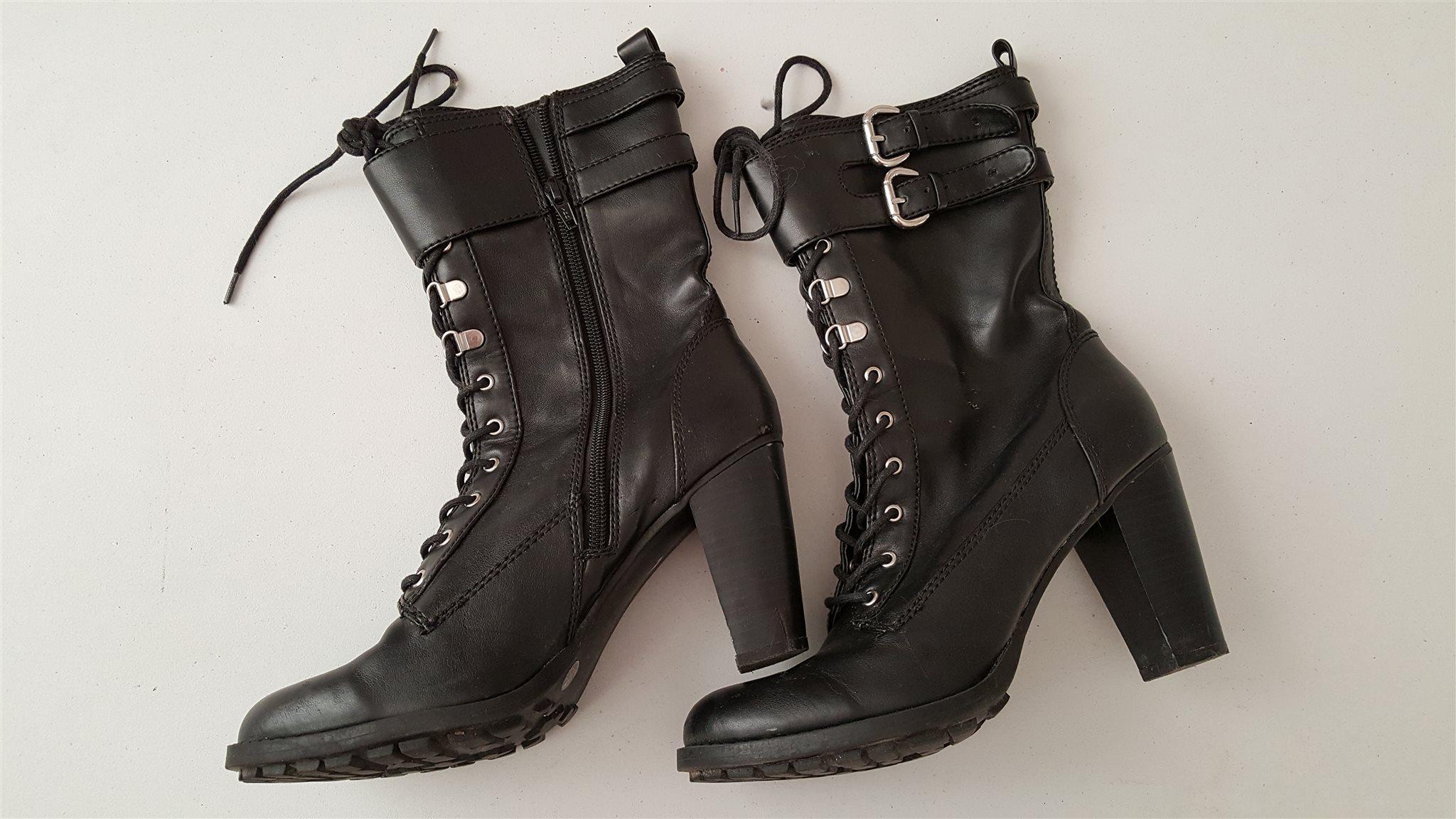 högklackade skor med snörning