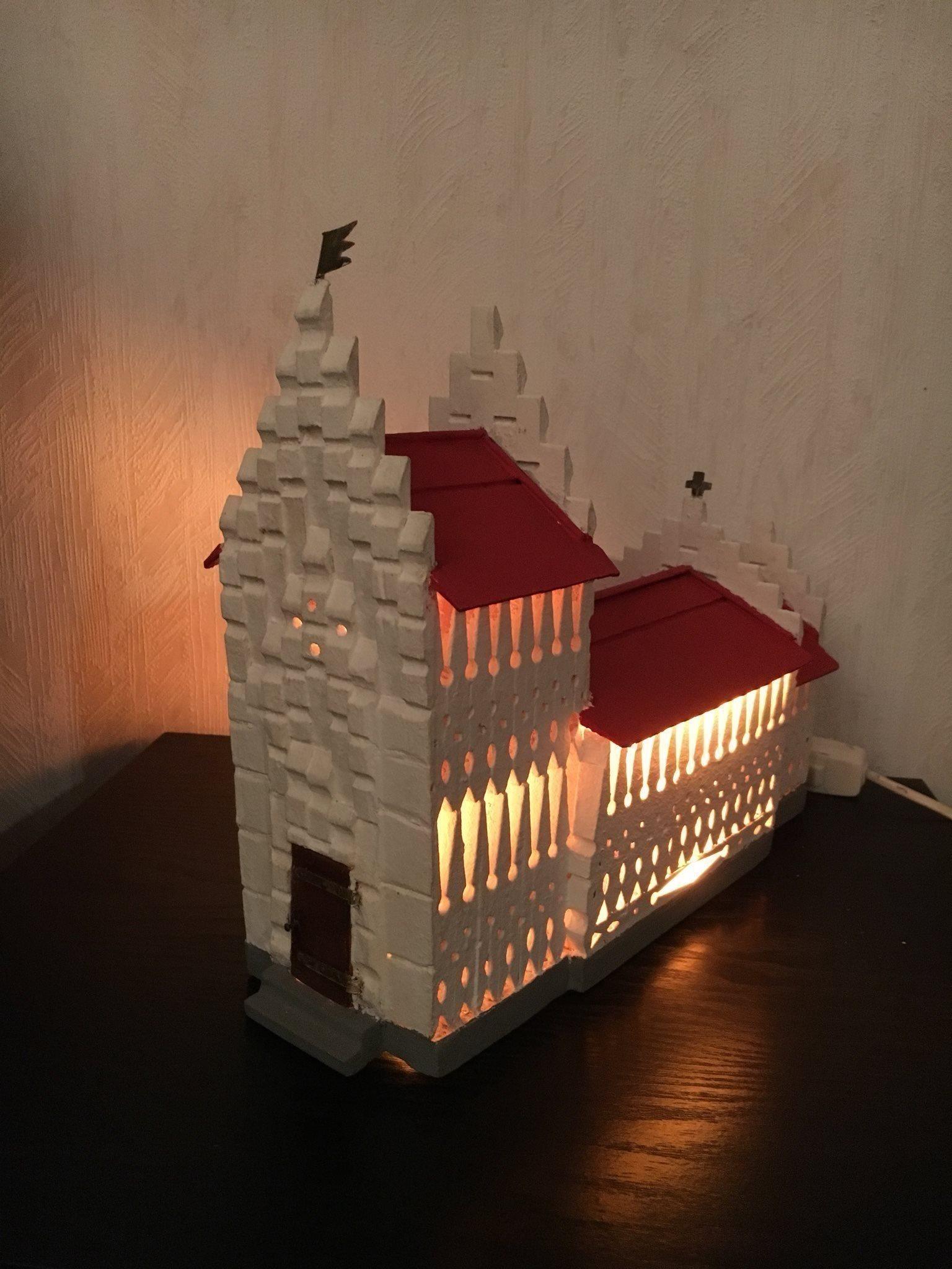 kyrka med belysning