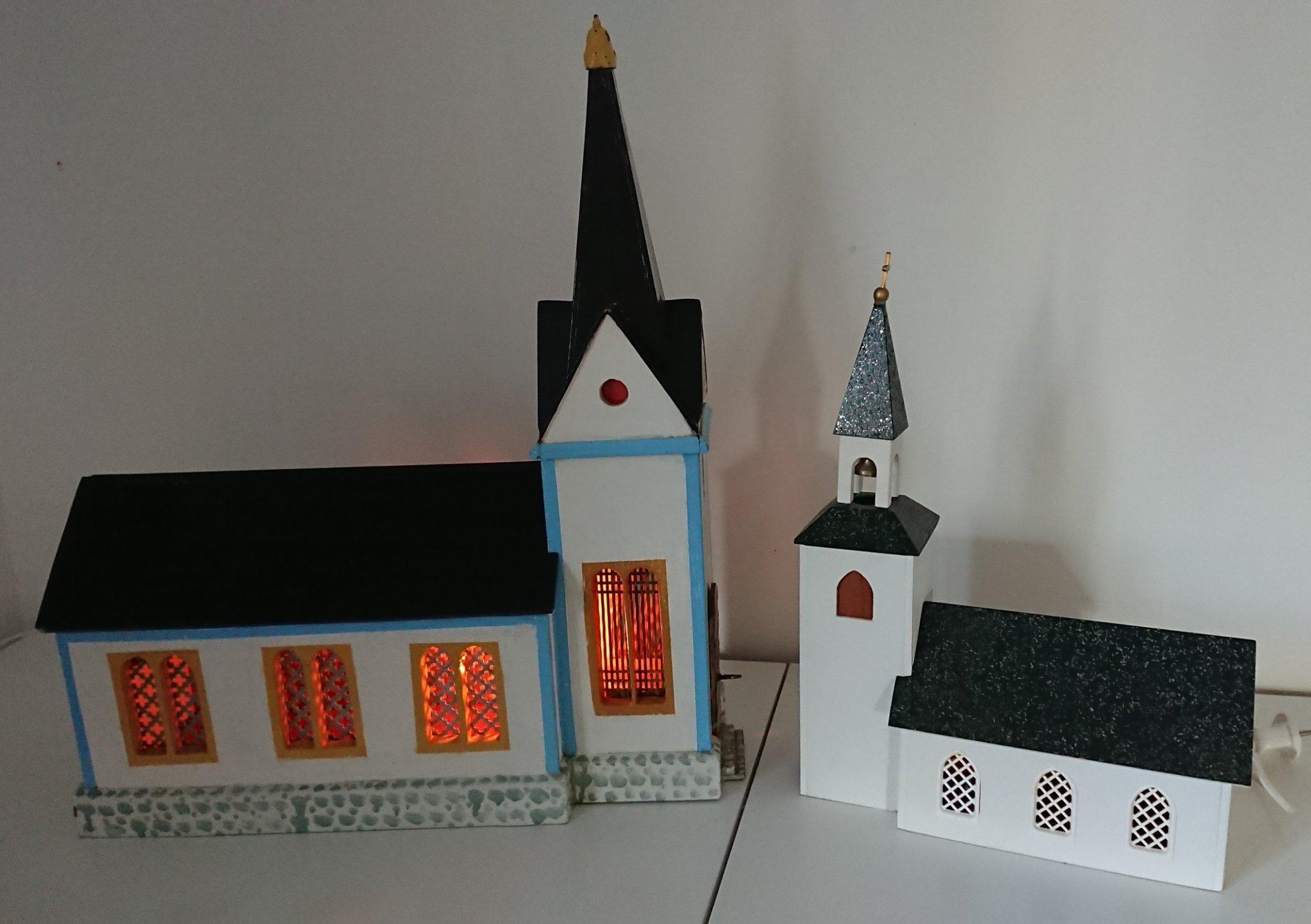 kyrka med belysning och speldosa