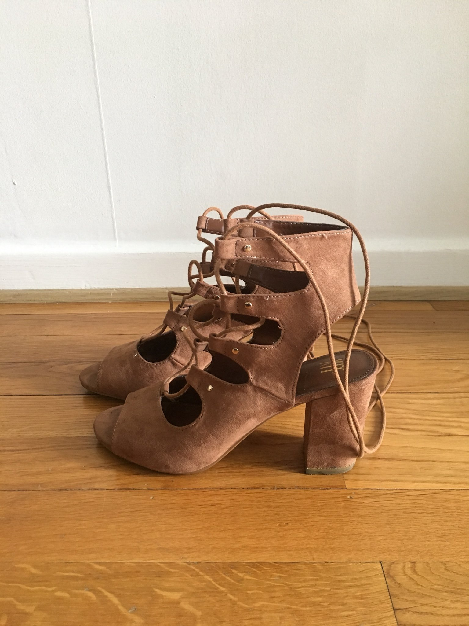 Bruna högklackade snör skor (359960044) ᐈ Köp på Tradera