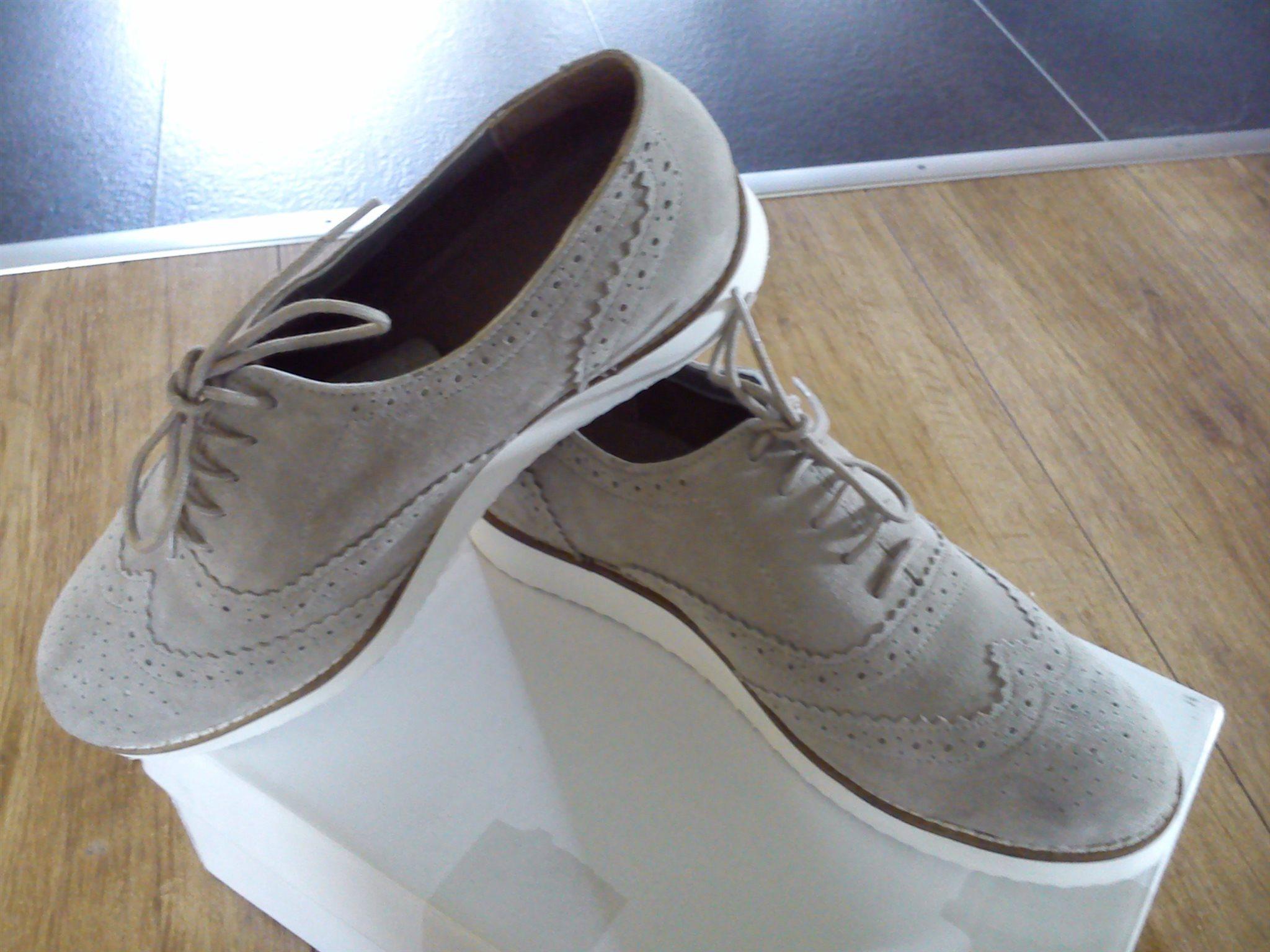 Helt Nya! Bekväma Ljusgrå mocka skor
