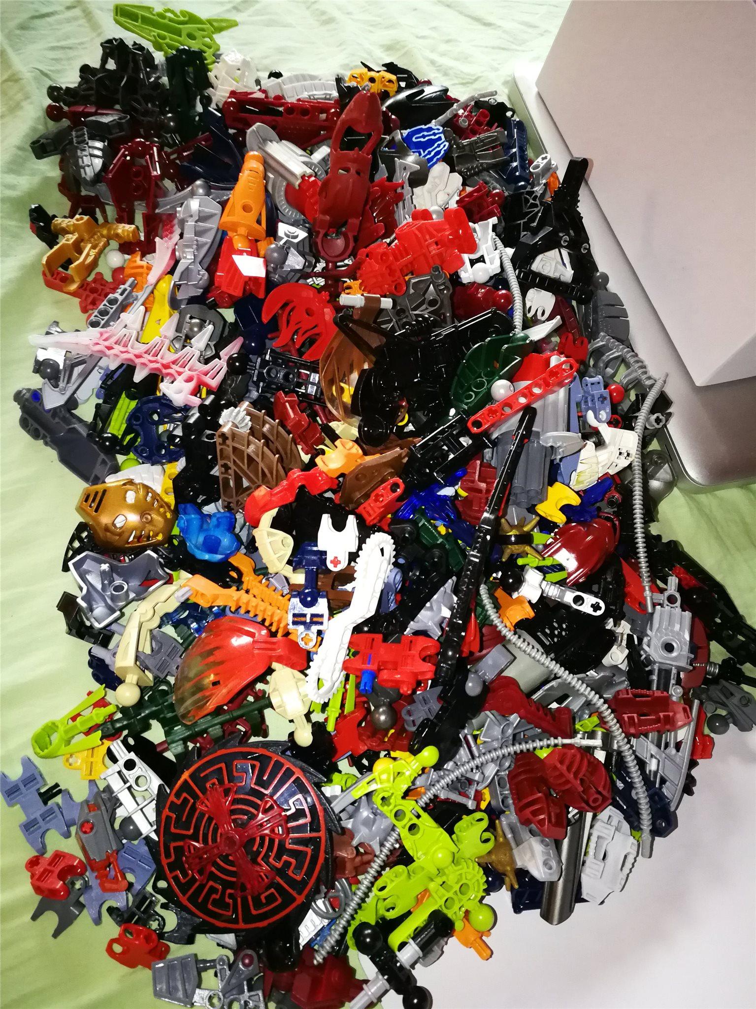 Lego Bionicle 1,8 kg Masker, vapen, fötter, ben, armar m.m Även Hero factory