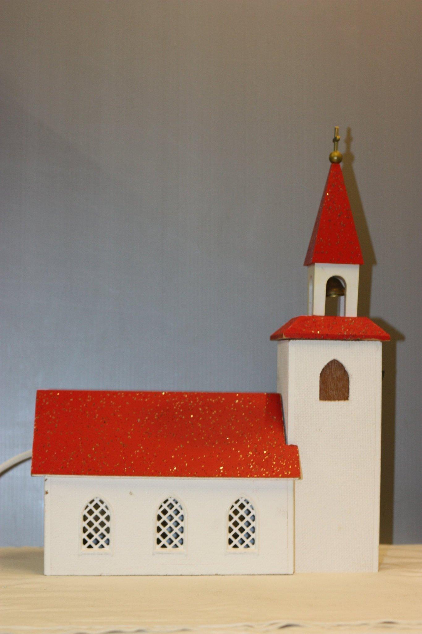 spelande kyrka med belysning