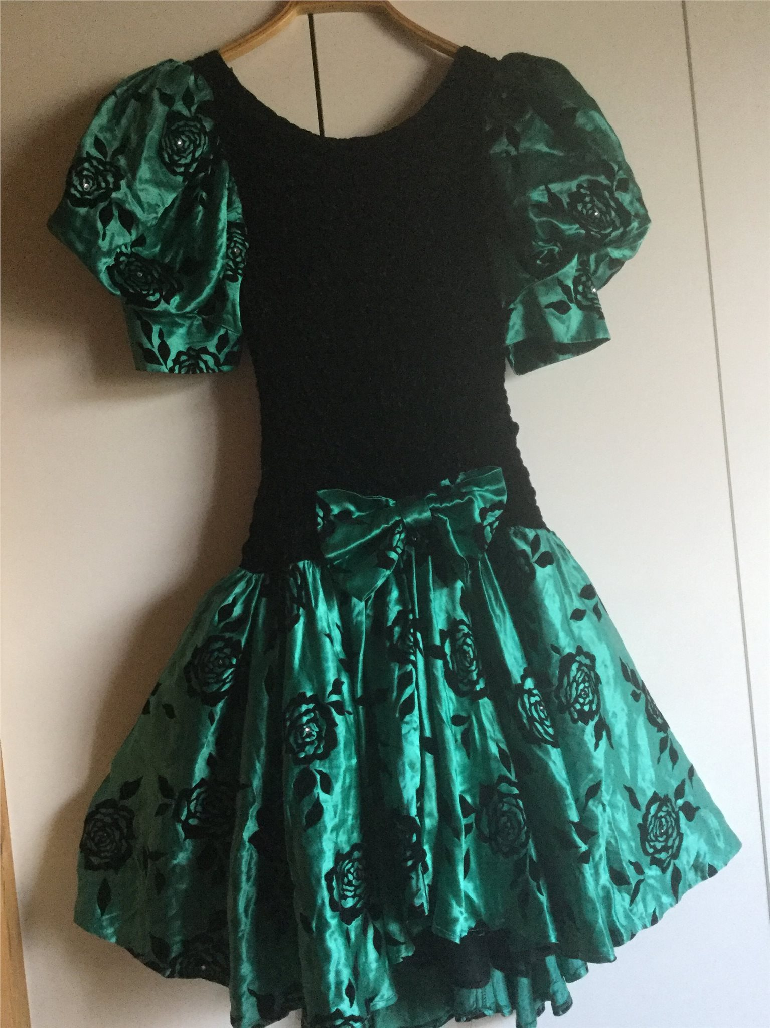 0fa74eff9bf6 Super fin svart/grön glittrig klänning student.. (338652983) ᐈ Köp ...