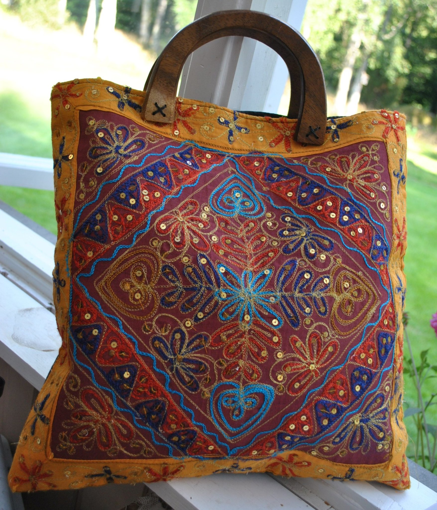 Härligt lätt tidlös glad tygväska i fina färger, Helt fodrad med trä handtag