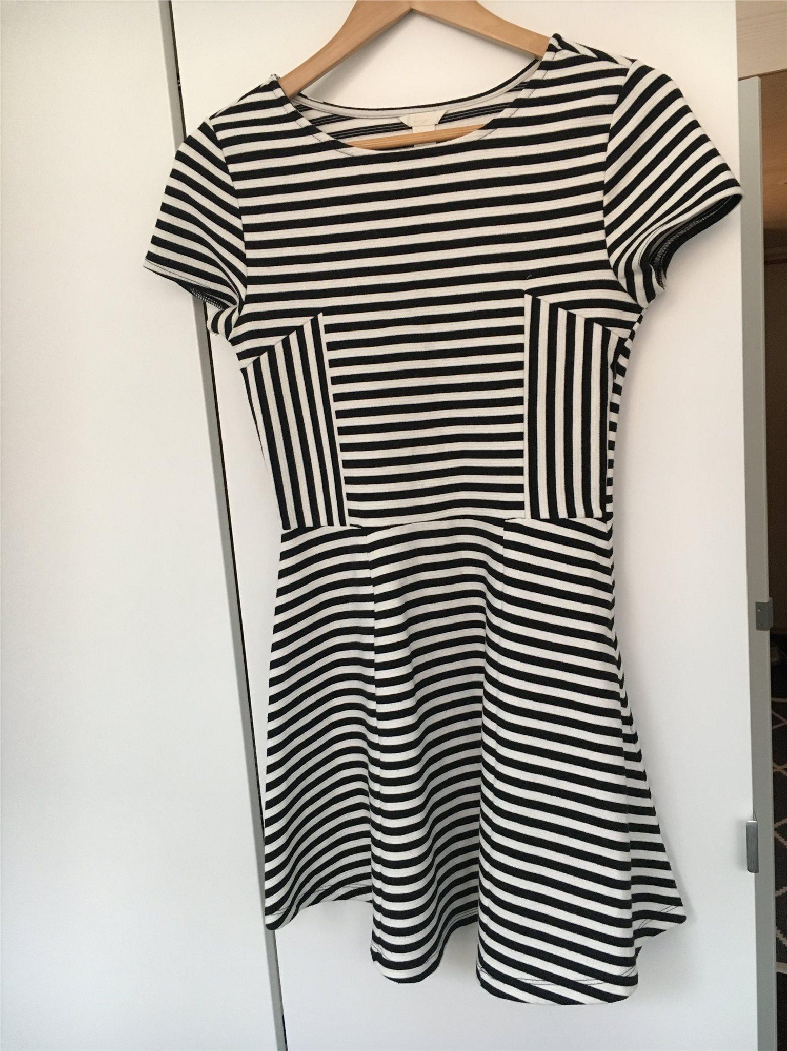 Svart-vit-randig klänning från Forever 21 (332446913) ᐈ Köp på Tradera c13cd96729c3a
