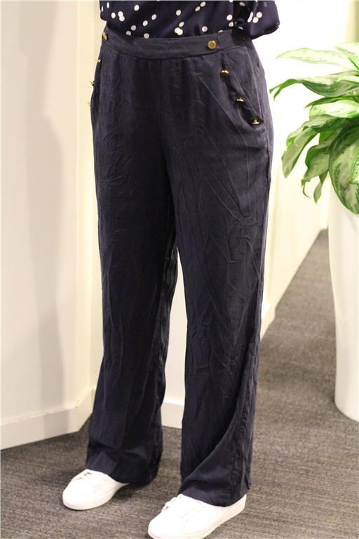 mörkblå utsvängda byxor