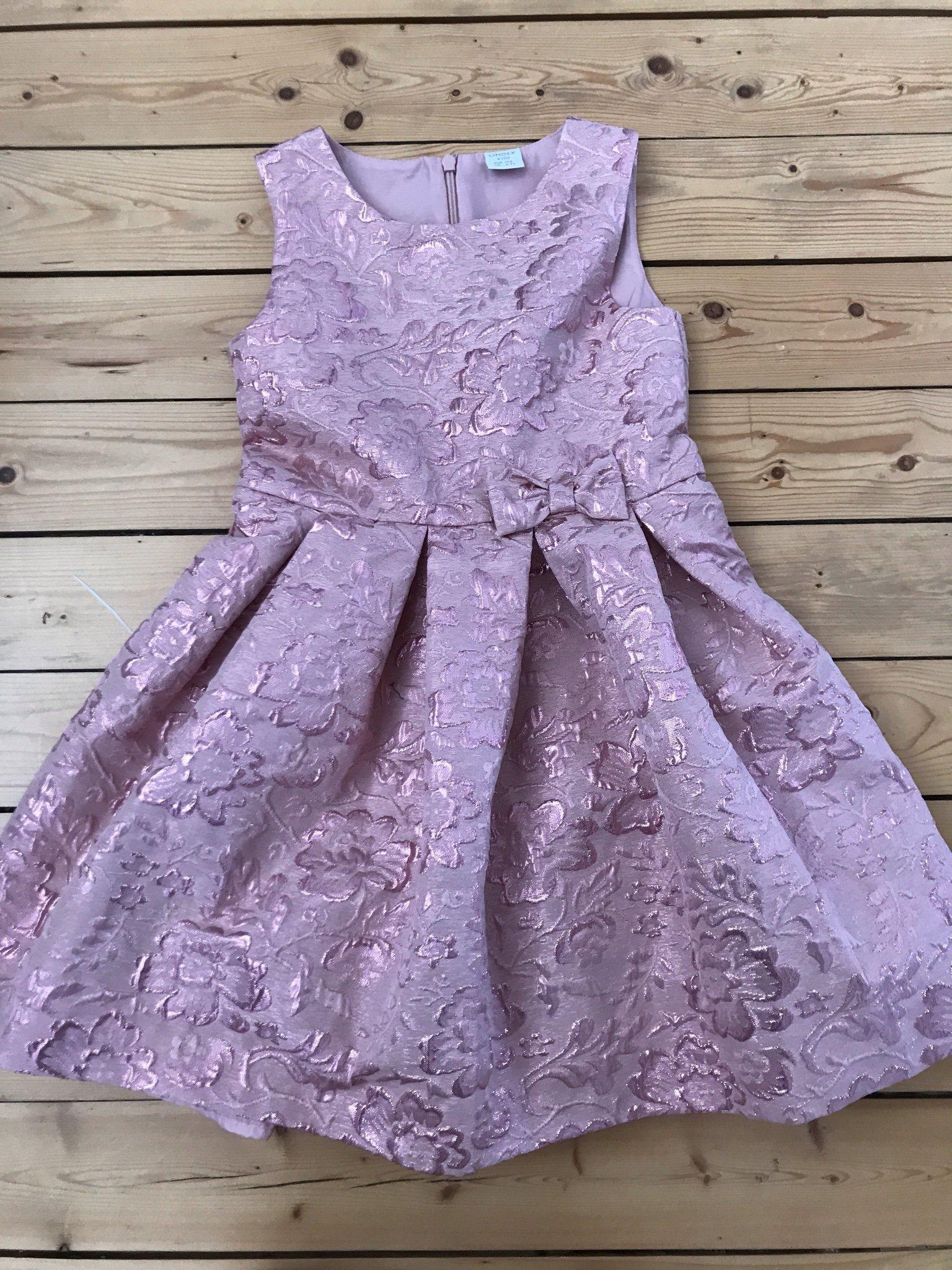 Kolla på billiga priser billigt till salu Rosa somrig festklänning strl 122 (349602744) ᐈ Köp på Tradera