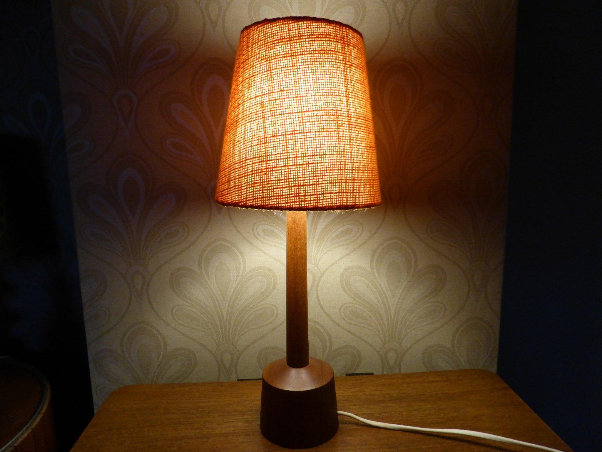 retro lampa i teak med orange skärm