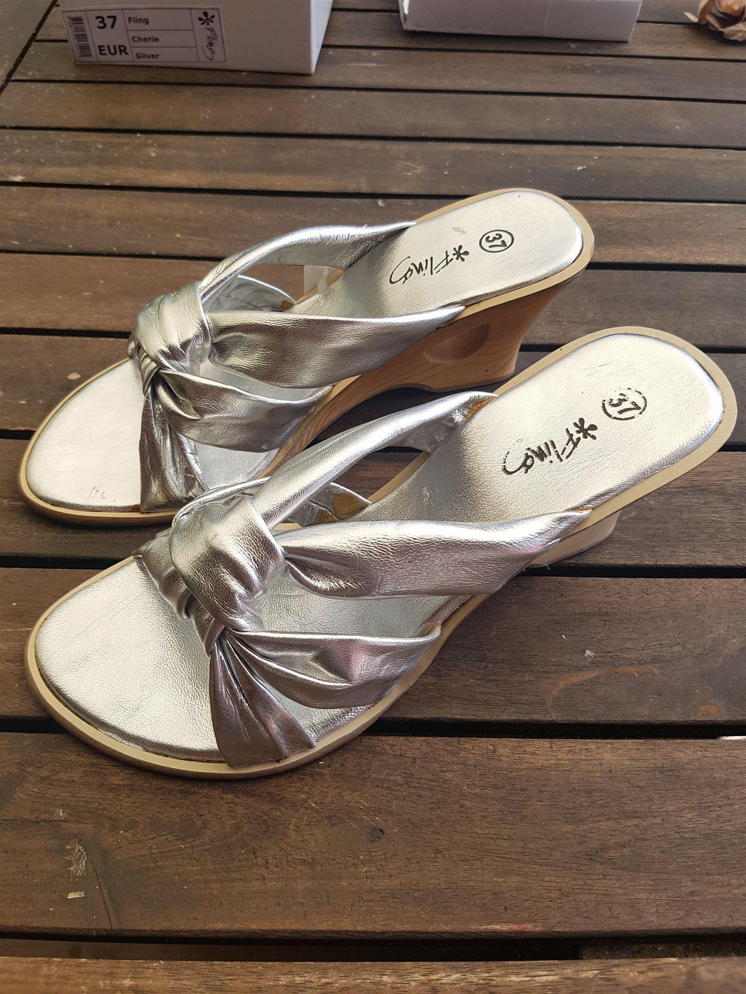 084672527ca Nya silvriga sandaletter, kilklackar i skinn st.. (342866137) ᐈ Köp ...