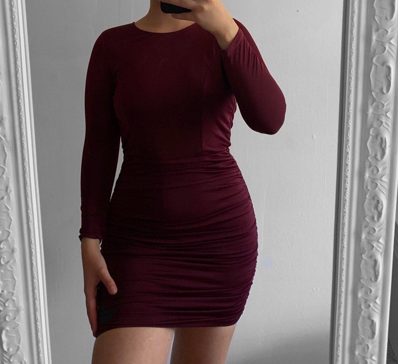 Röd klänning från NLY One till dam.
