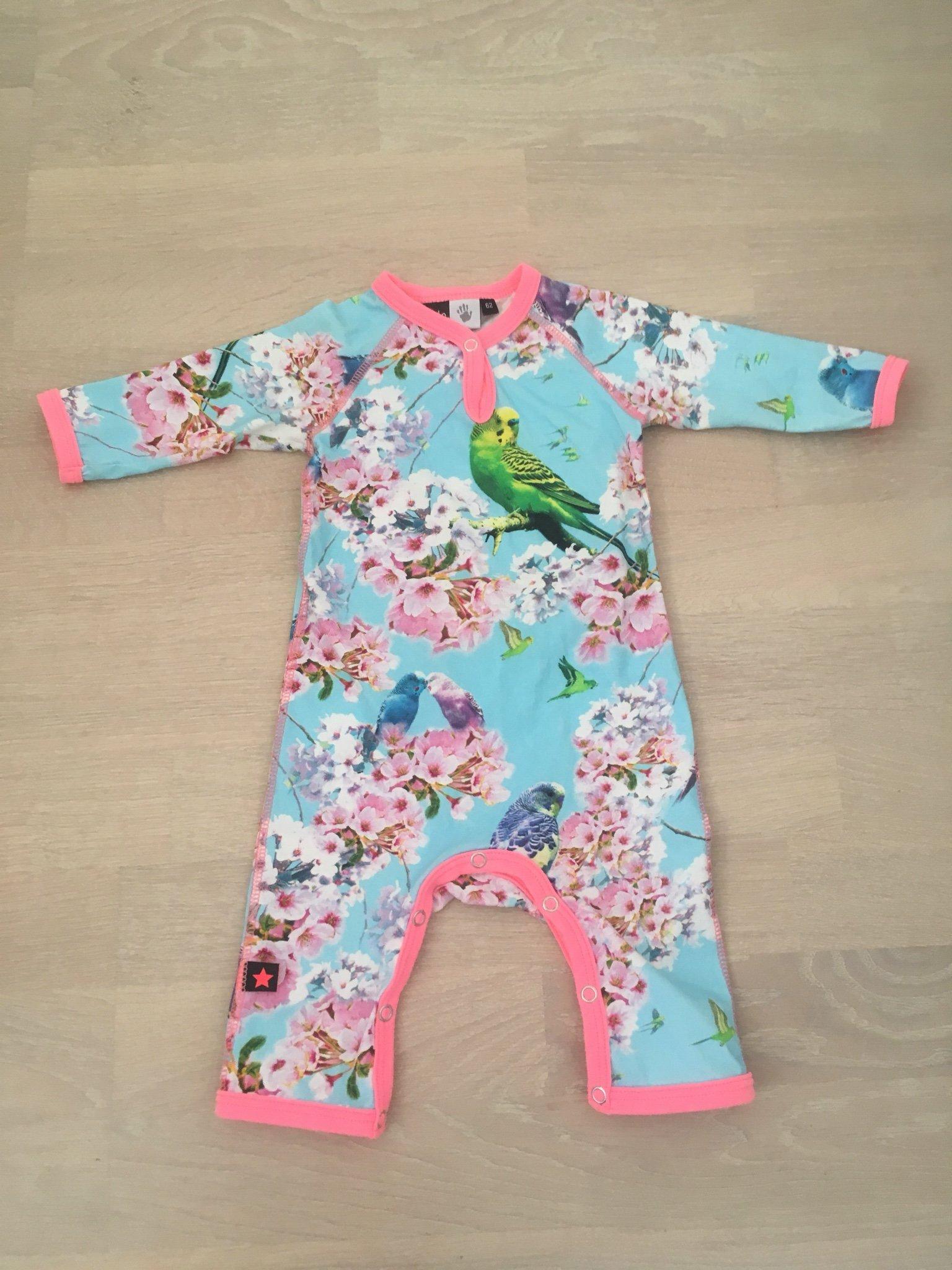 f422a2756ed0 Jumpsuit från Molo i stl 62 onesie body heldress pyjamas cherry blossom  fåglar ...