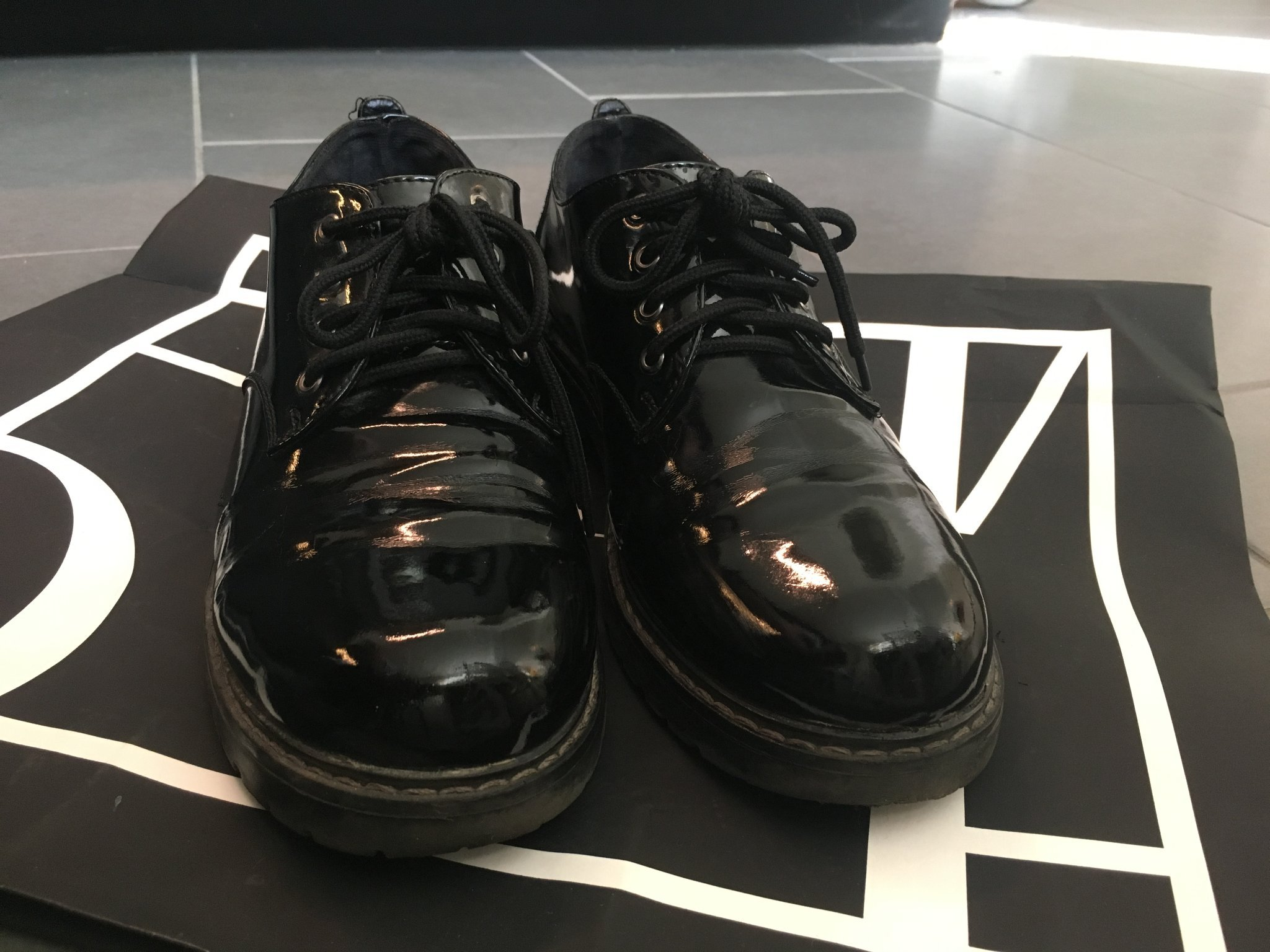 svarta blanka skor