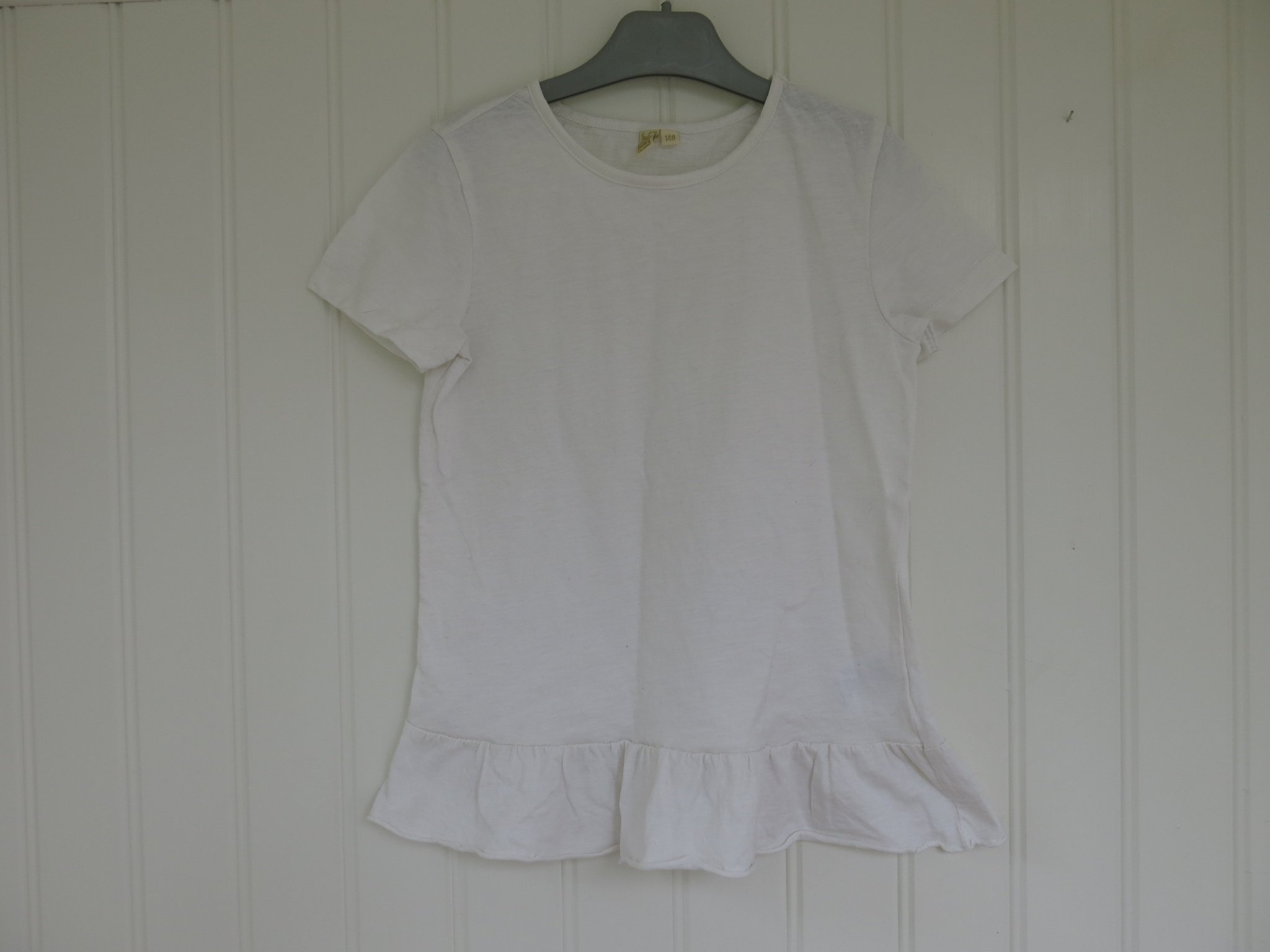 T shirt med volang. Storlek 140.
