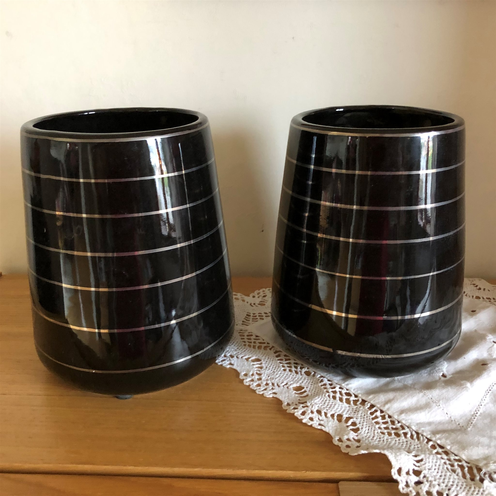 Två svarta krukor (341657306) ᐈ Köp på Tradera 7b043f90152b6