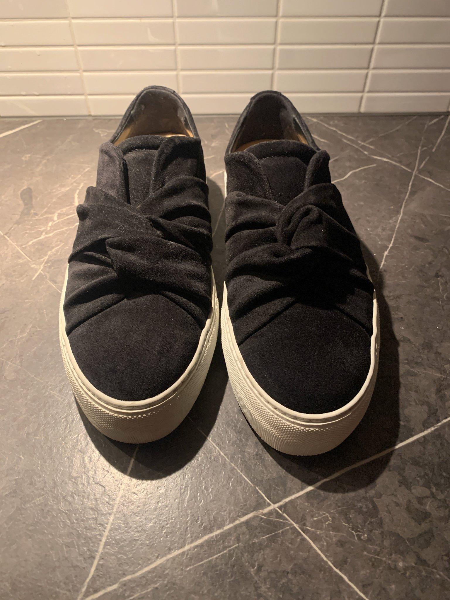 COS Svarta Sneakers Skor i mocka med beige sula strl 38 svart mockaskor platå