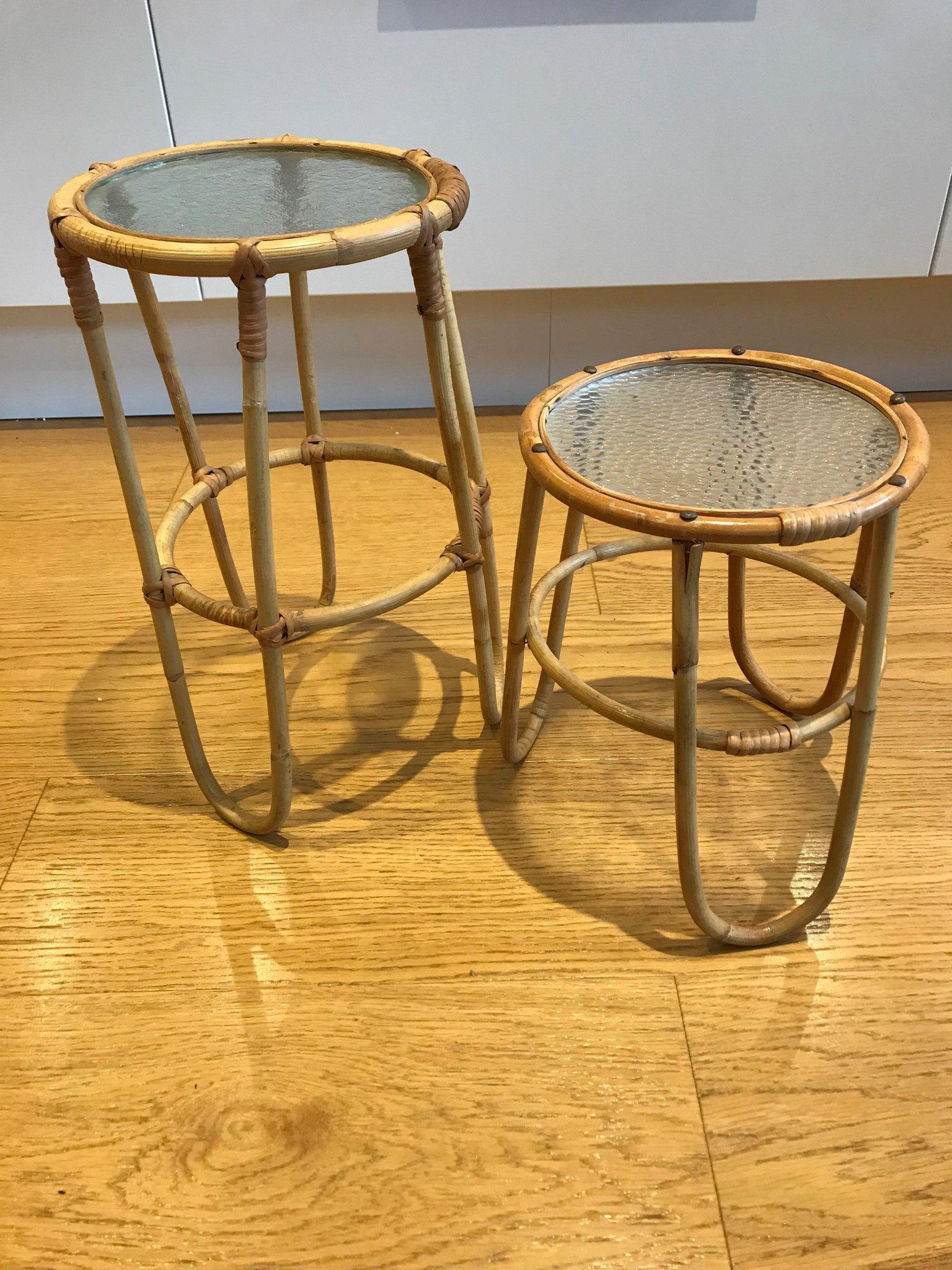"""Artwood, två stolar, """" Providence matstol"""" rotting. Två dynor, med knytband."""