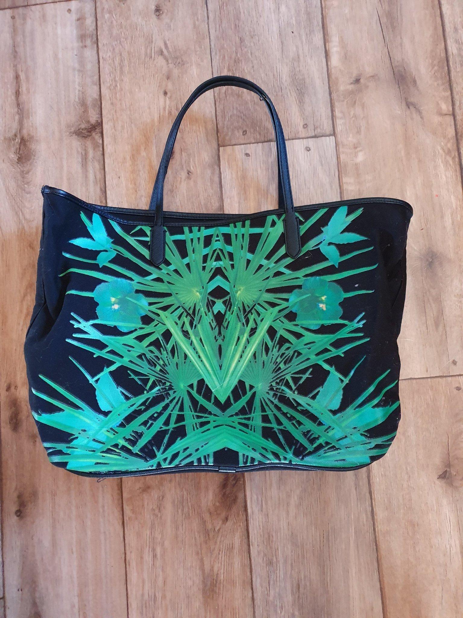 Strandväska med palmblad.