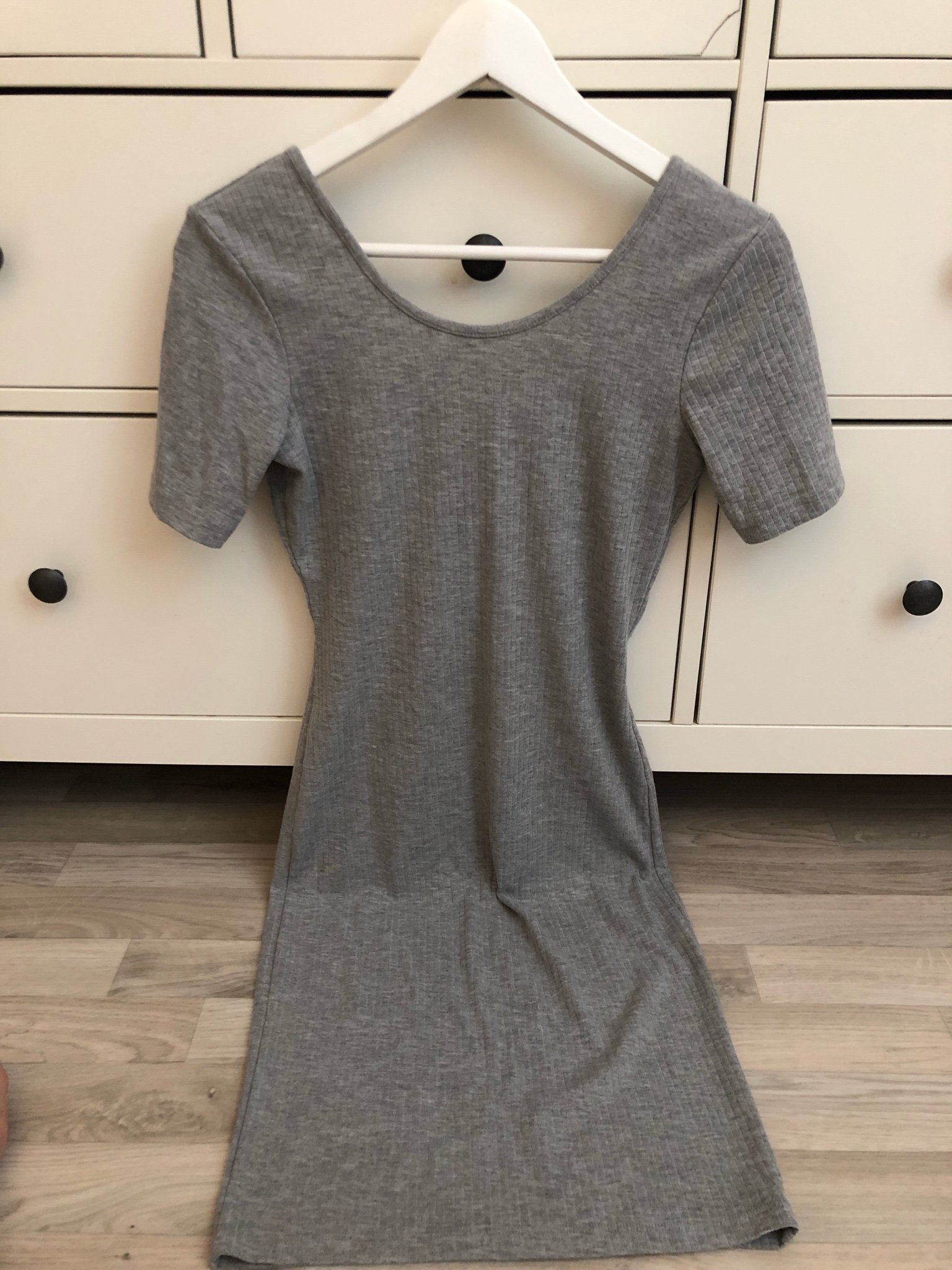 grå klänning bikbok