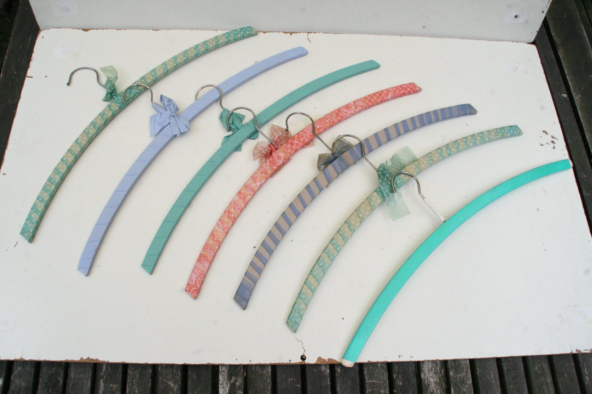 7st klädhängare galgar i trä med plastöverdrag 1960 70 tal vintage retro