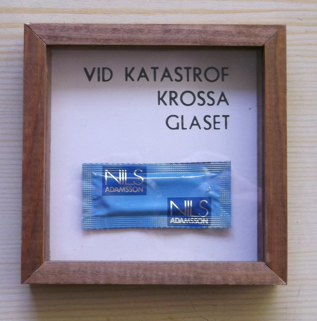 Tavla vid katastrof krossa glaset innehåller kondom Nils Adamsson Skämt  Present 13c09f014dafa