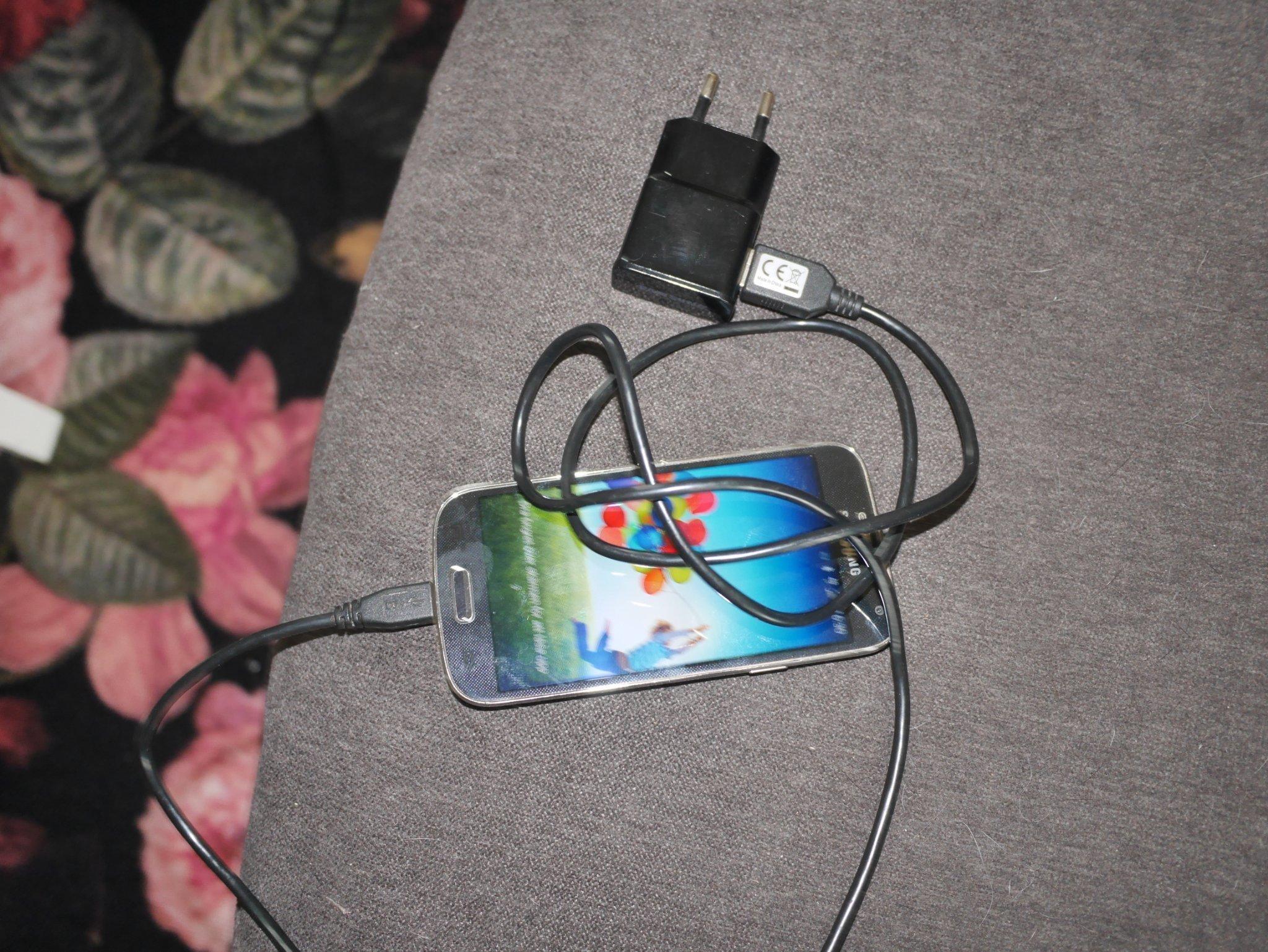 Samsung Galaxy S4 mini + laddare