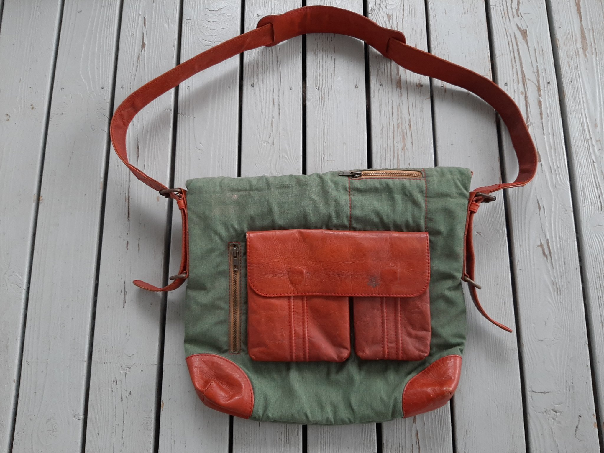 Snygg udda grön brun vintage skinn textil axelväska axelrem axel väska bag retro