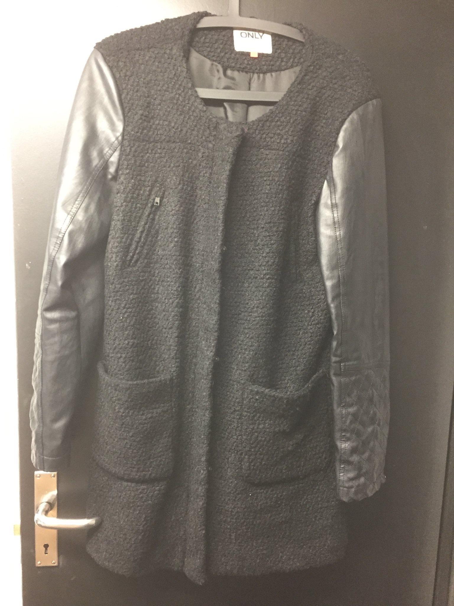 grå jacka med skinnärmar