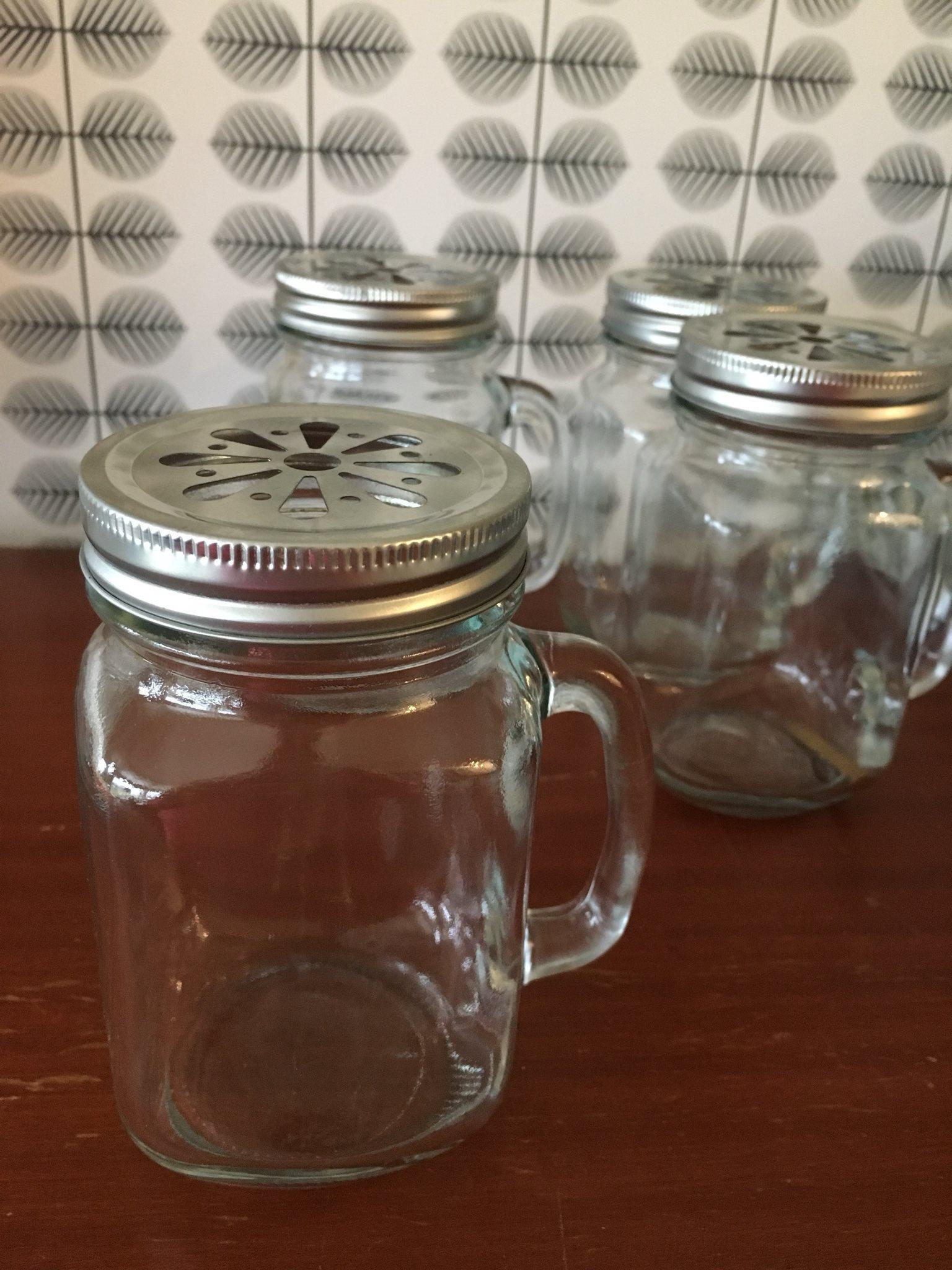 glasmuggar med lock och sugrör
