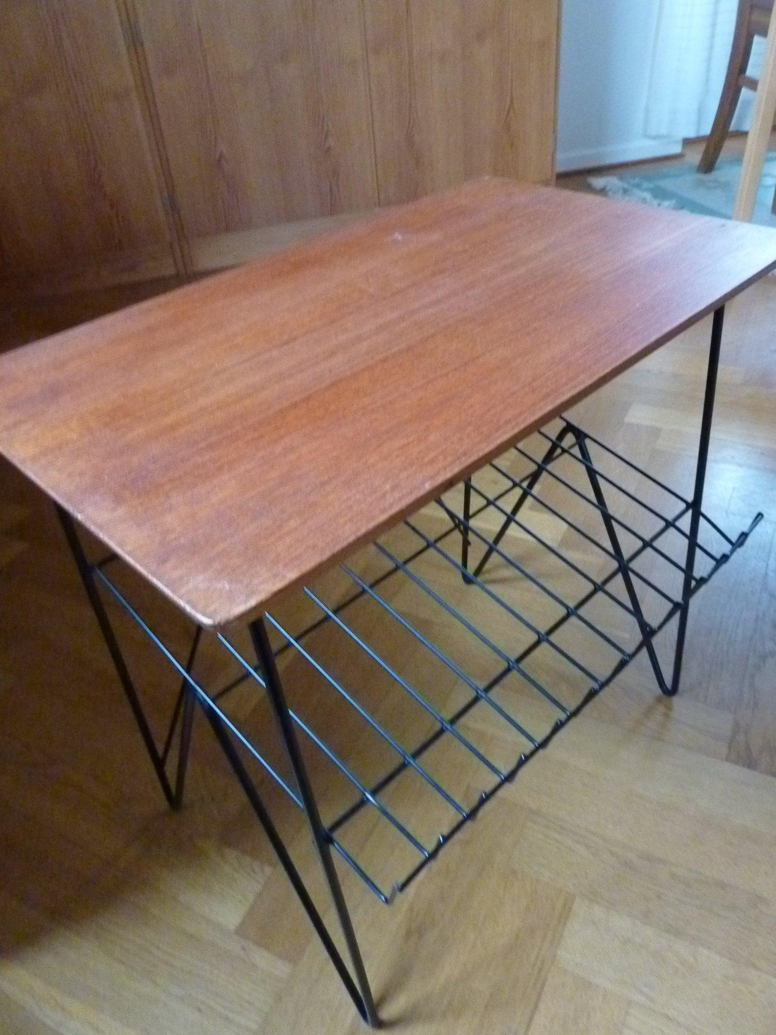 Lækker Retro bord i teak med tidnings hylla och ben I svart metall | Barnebys YK-09