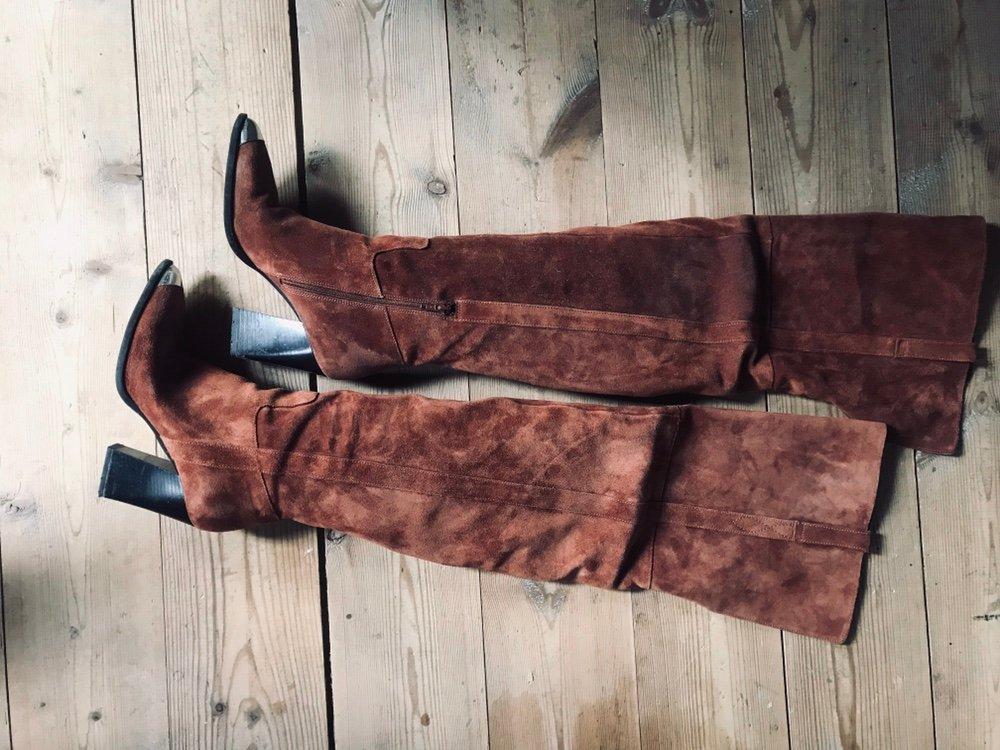 Lårhöga stövlar i läder