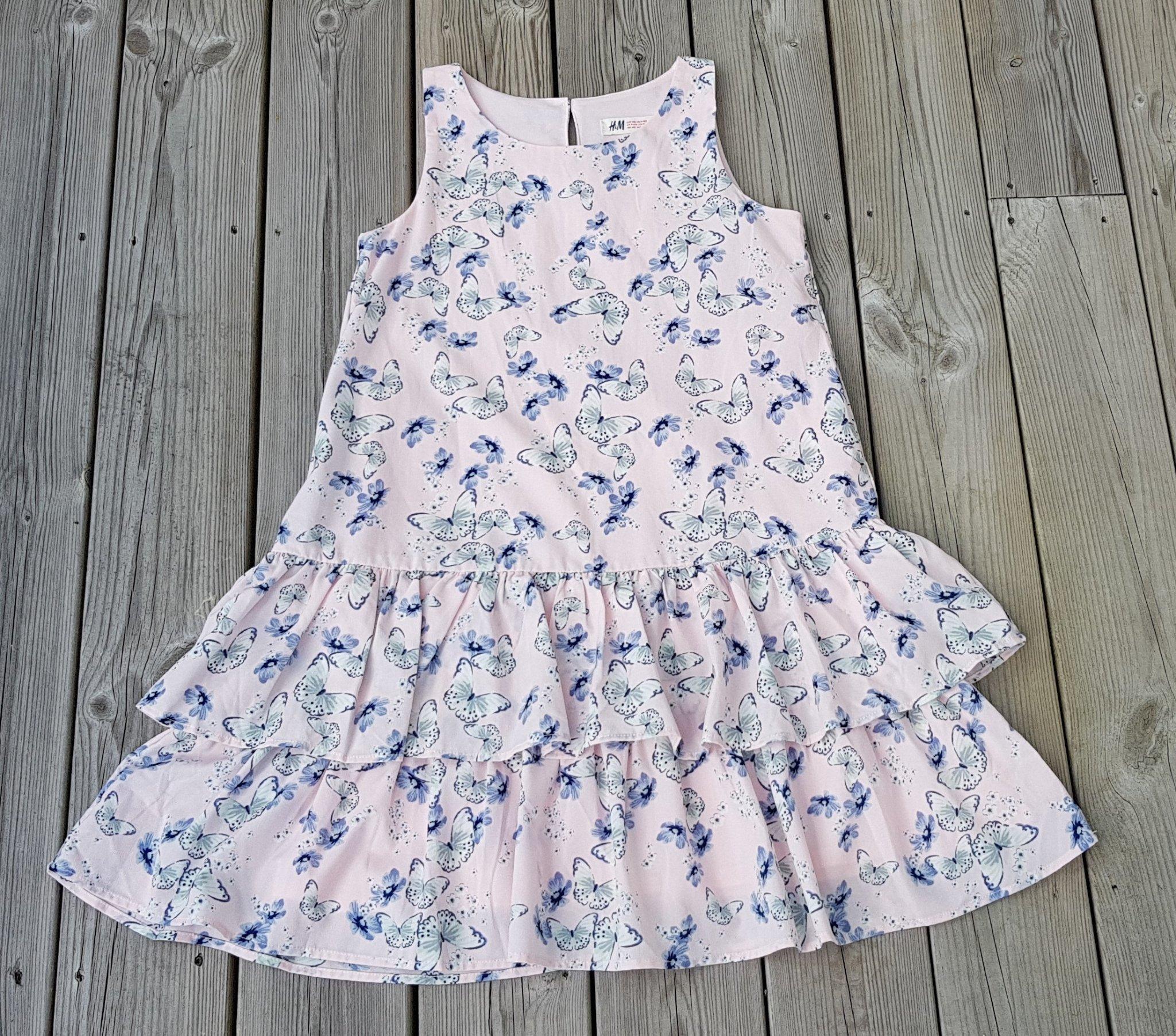 75337403e769 Rosa klänning m volanger blå vita fjärilar o blommor stl 134/140 ny skick!