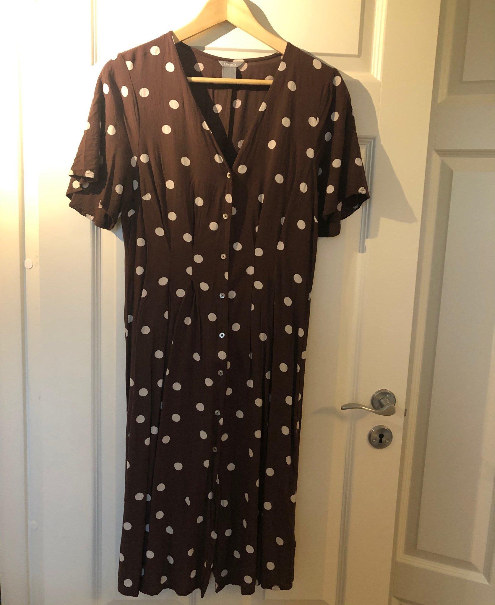 Brun klänning med vita prickar, från Lindex, st.. (411859835