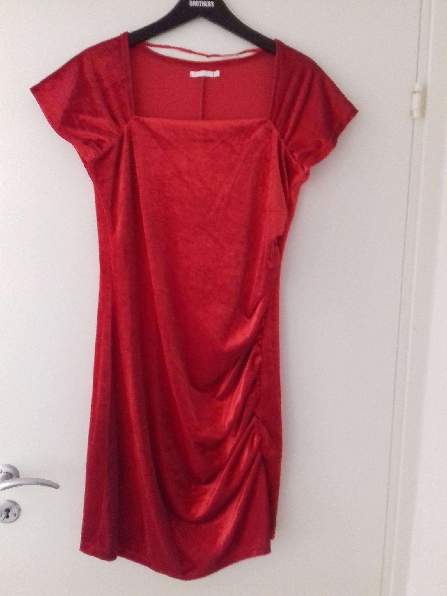 röd sammetsklänning dam