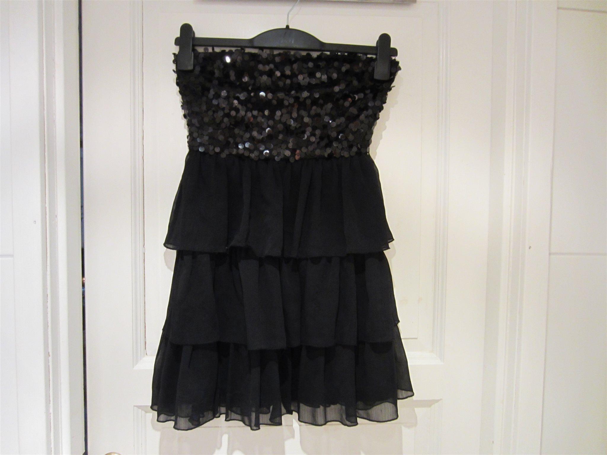 svart klänning med paljetter