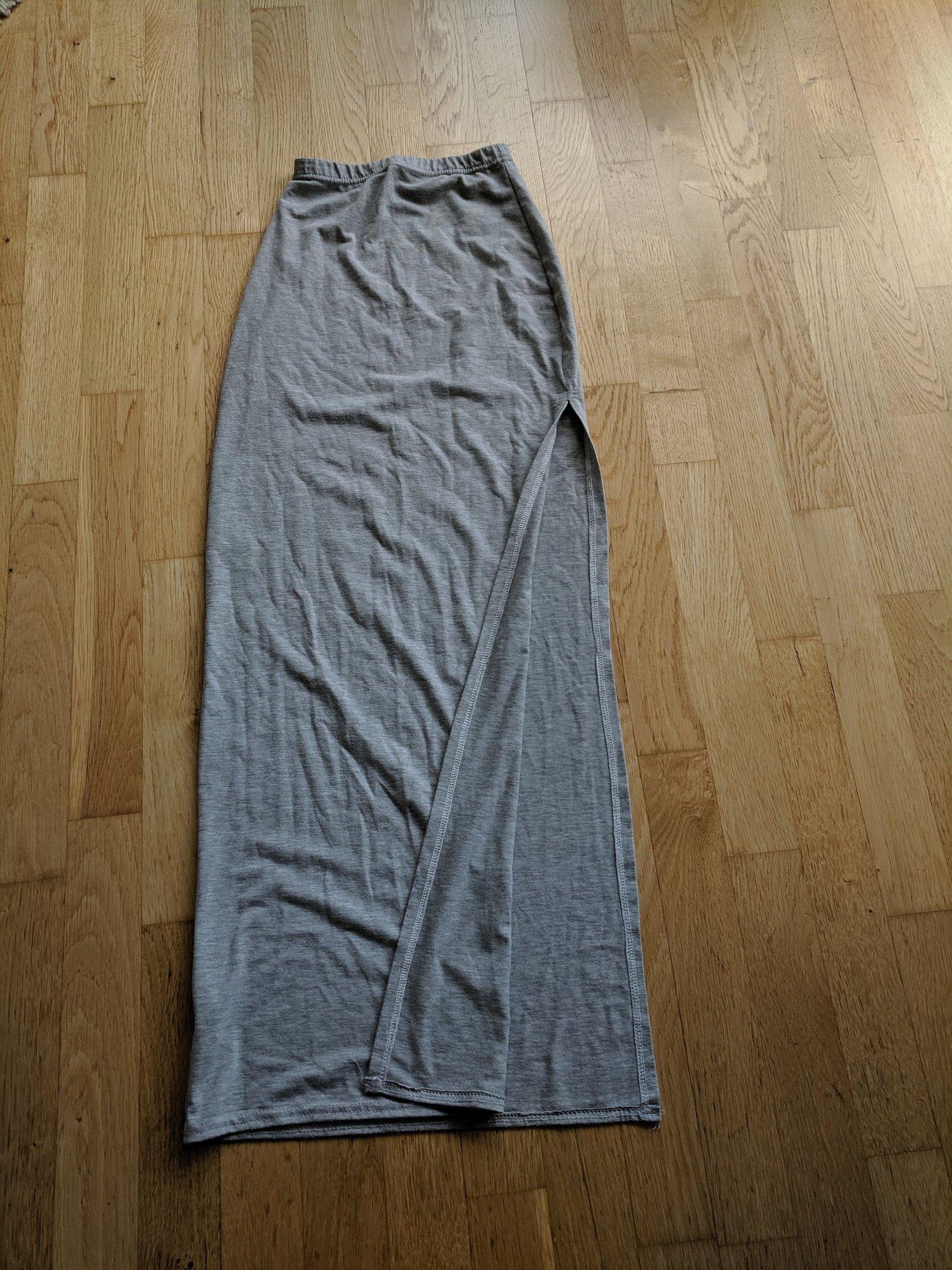 grå kjol med slits