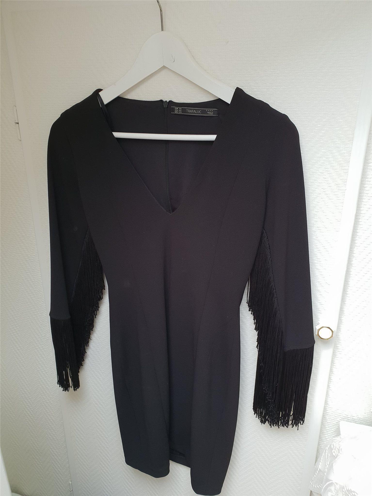 95e5a6c9f3d5 NYSKICK! Super snygg svart klänning med fransar.. (341746082) ᐈ Köp ...
