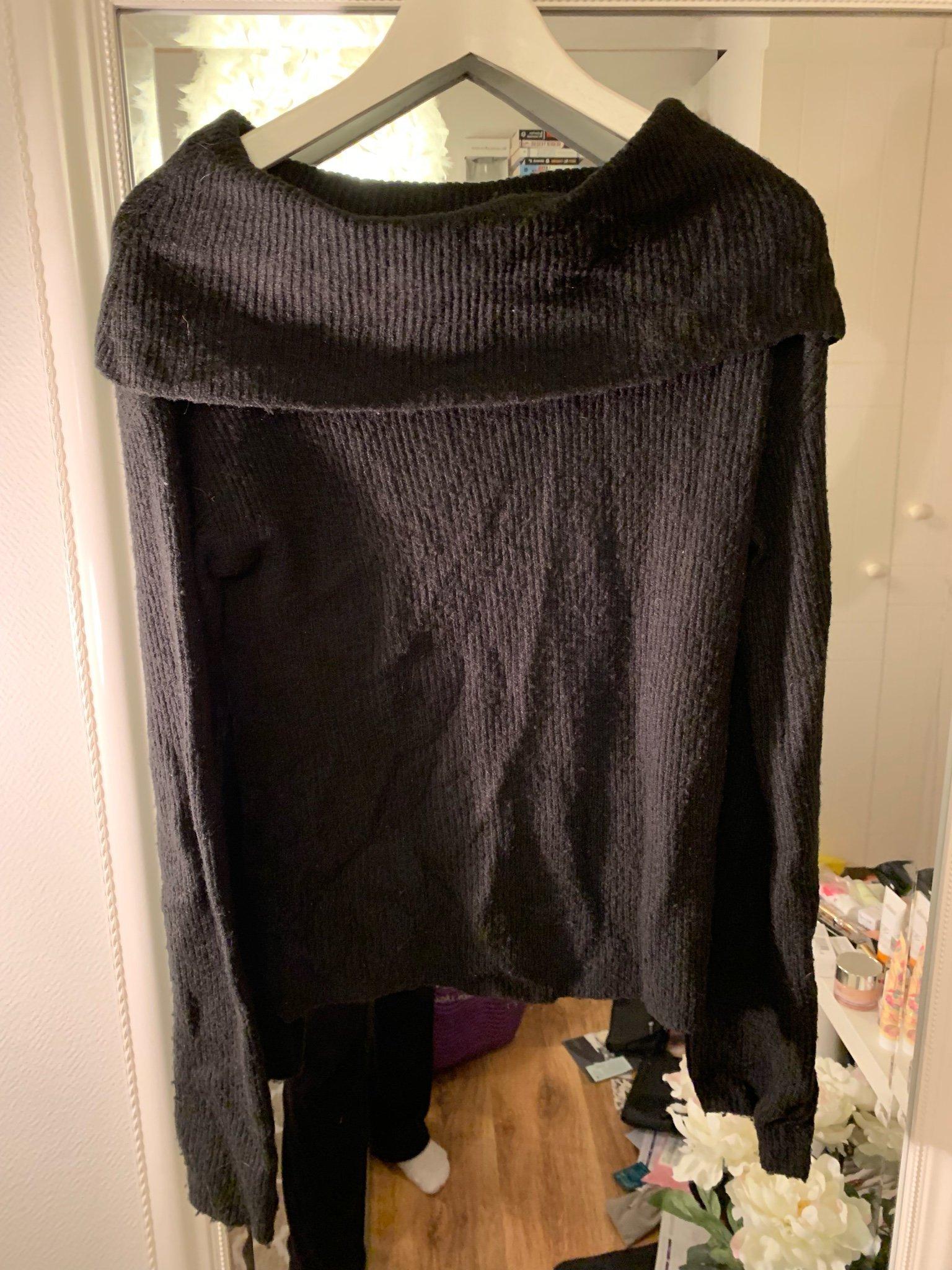 Svart stickad tröja off shoulder bikbok XS