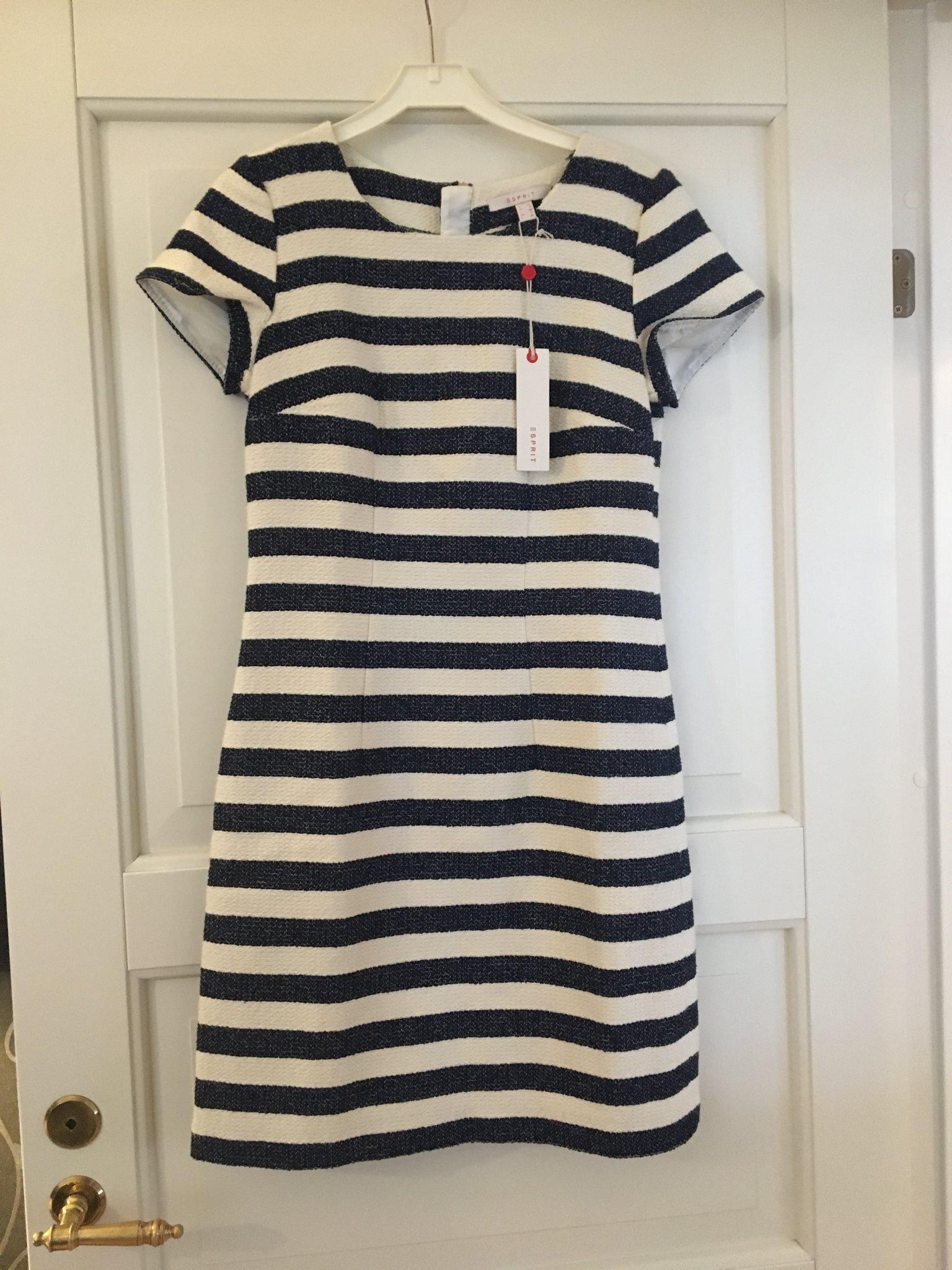 marinblå randig klänning