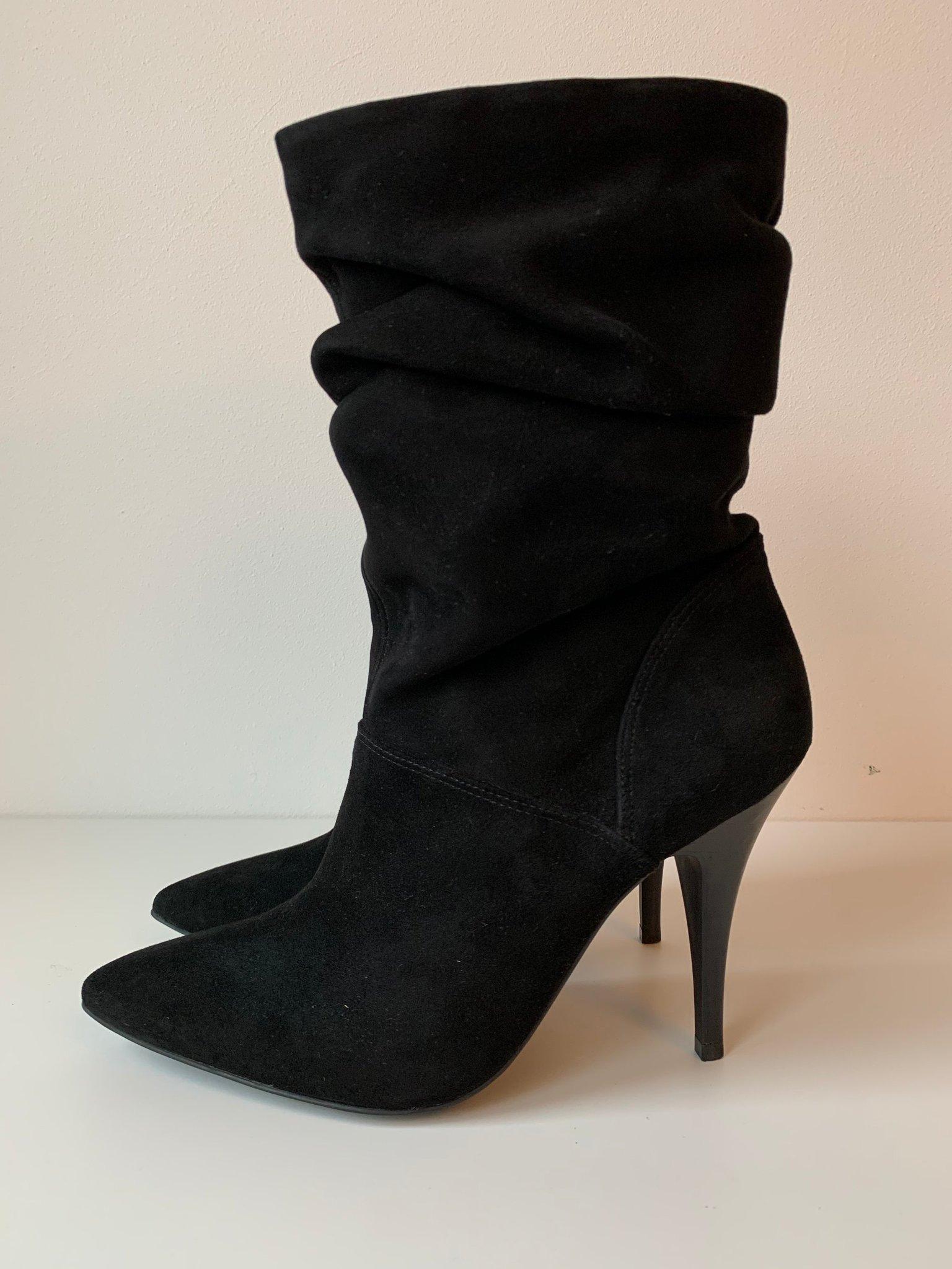 Högklackade boots i mocka från Buffalo London, storlek 41