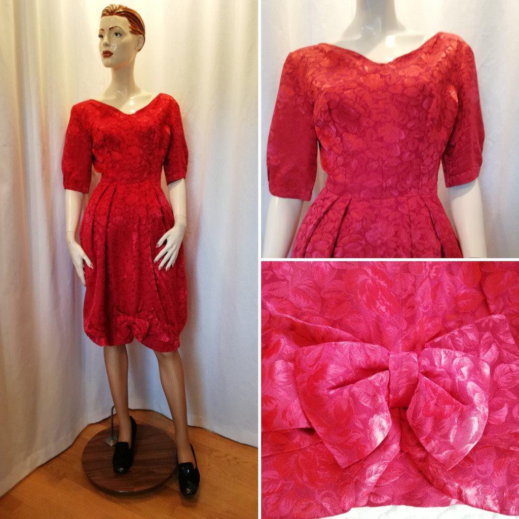 0da02128f08a Vintage retro röd brokad-klänning med tulpan-kjol vid ringning 60-tal ...